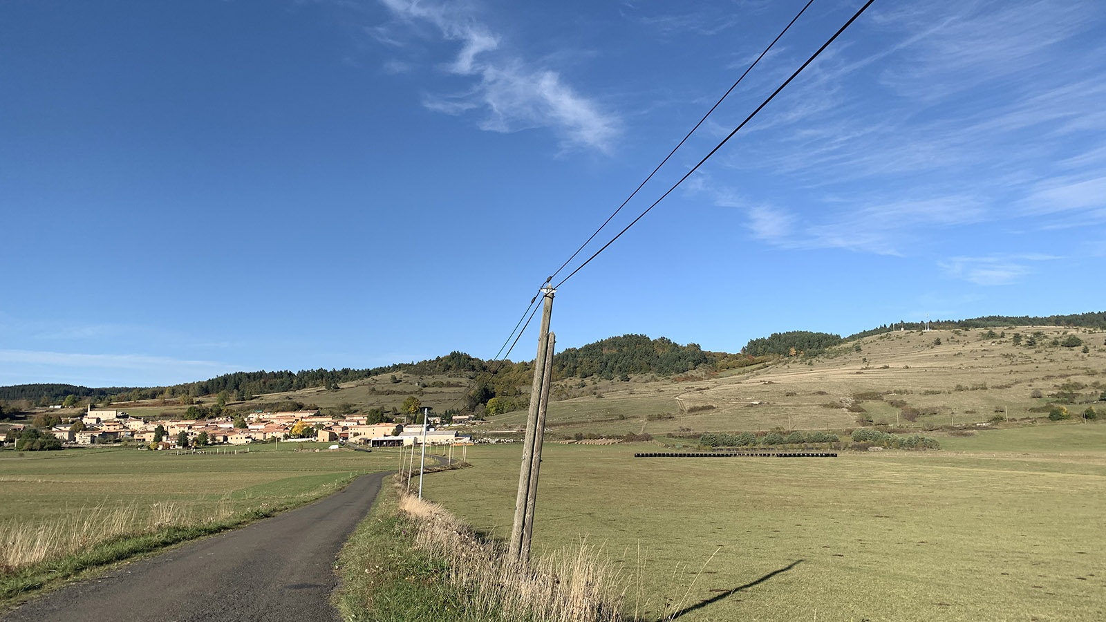 Schmale Landstraßen, kleine Dörfer. Und weiter Blick: der Donezan. Foto: Hilke Maunder
