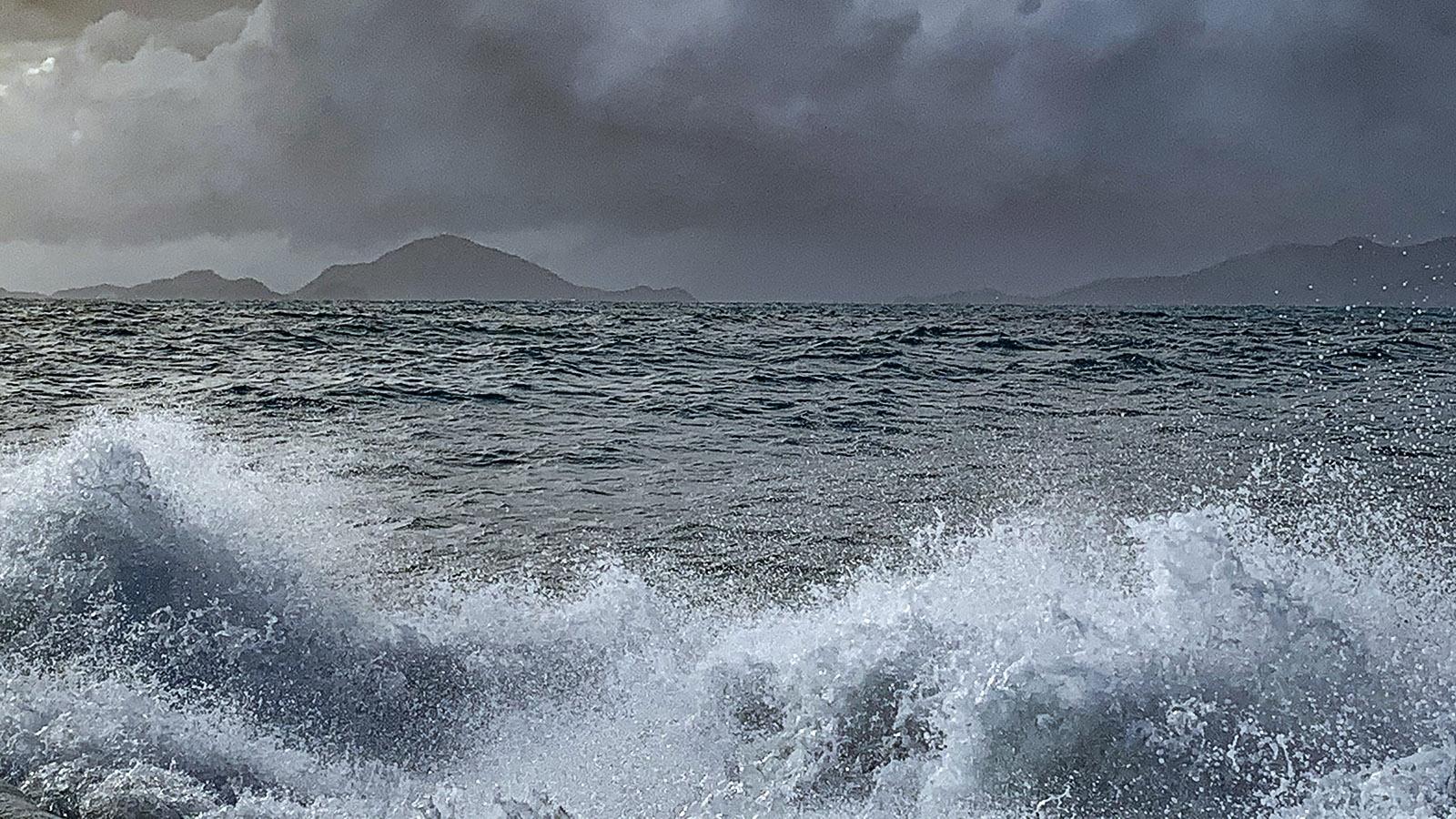 Les Saintes: Eben noch Sonne, plötzlich Sturm und Schauer - das Wetter wechselt schnell in der französischen Karibik. Alle Inseln liegen dort über dem Wind und sind regenreicher als die Inseln unter den Passatwinden. Foto: Hilke Maunder