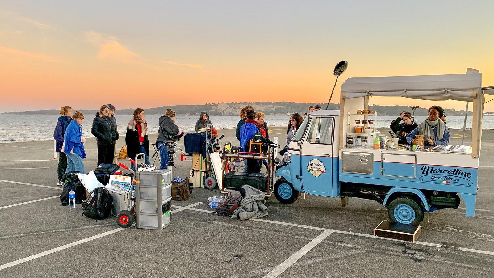 Drehtermin in Cannes: Ein junges Team filmt an der Croisette. Foto: Hilke Maunder