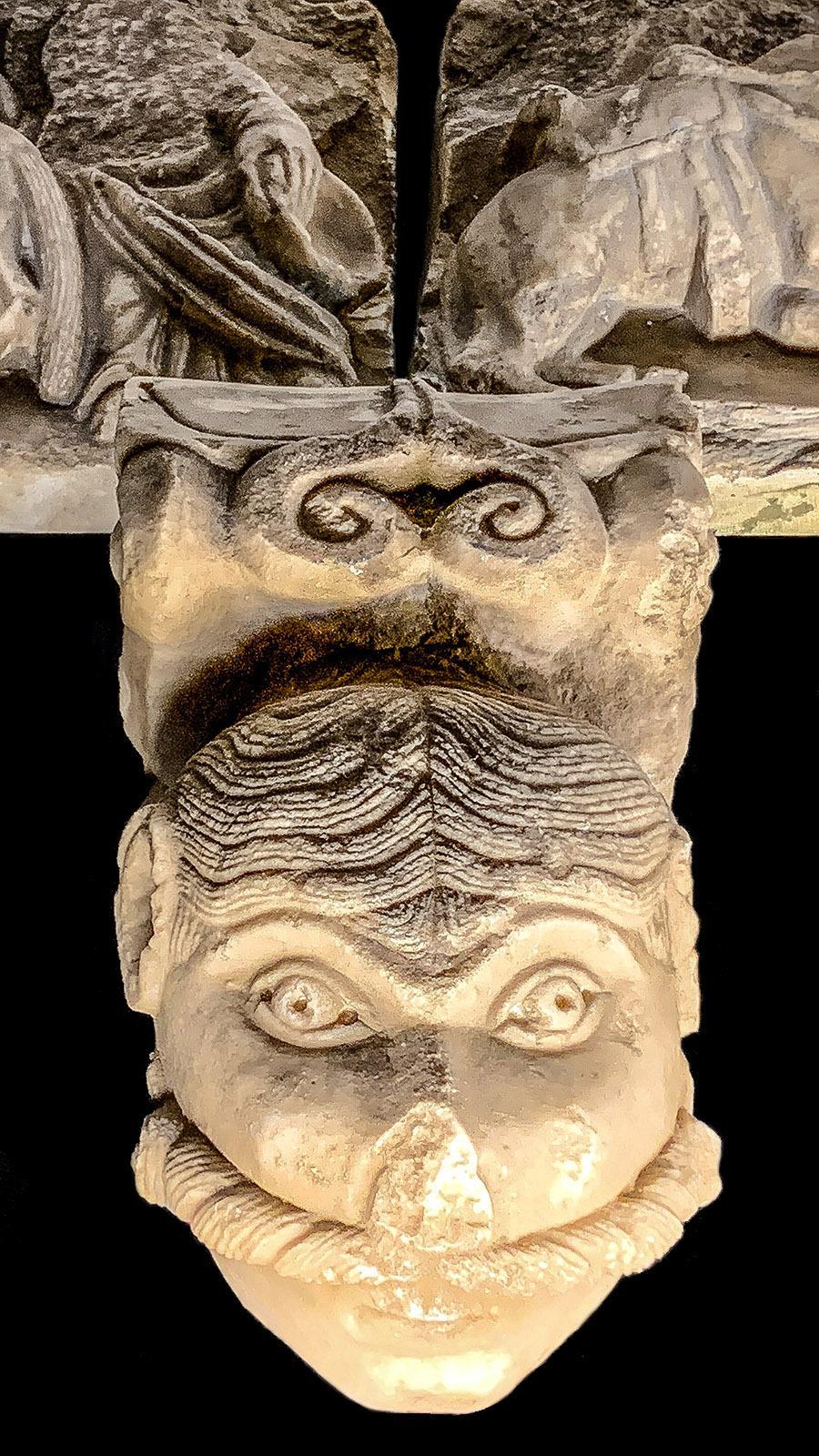 Le Maître de Cabestany: Fabelwesen und Mensch, Tiere und Monster vereint dieser steinerne Fries (Ausschnitt). Foto: Hilke Maunder