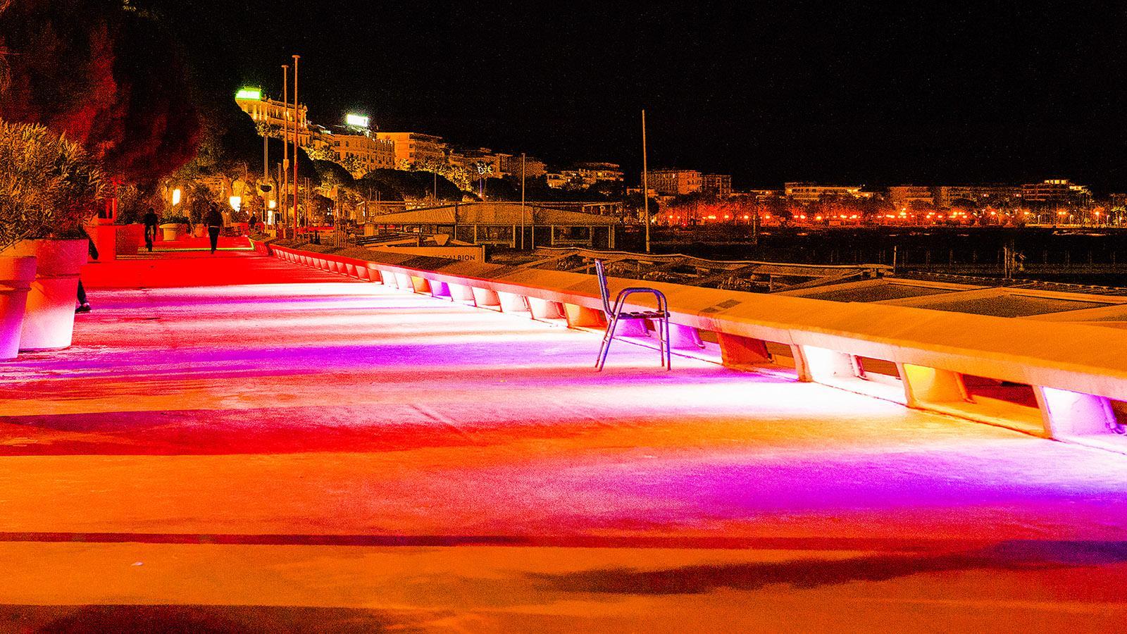 Wechselndes Farbenfeuer: nachts auf der Croisette von Cannes. Foto: Hilke Maunder