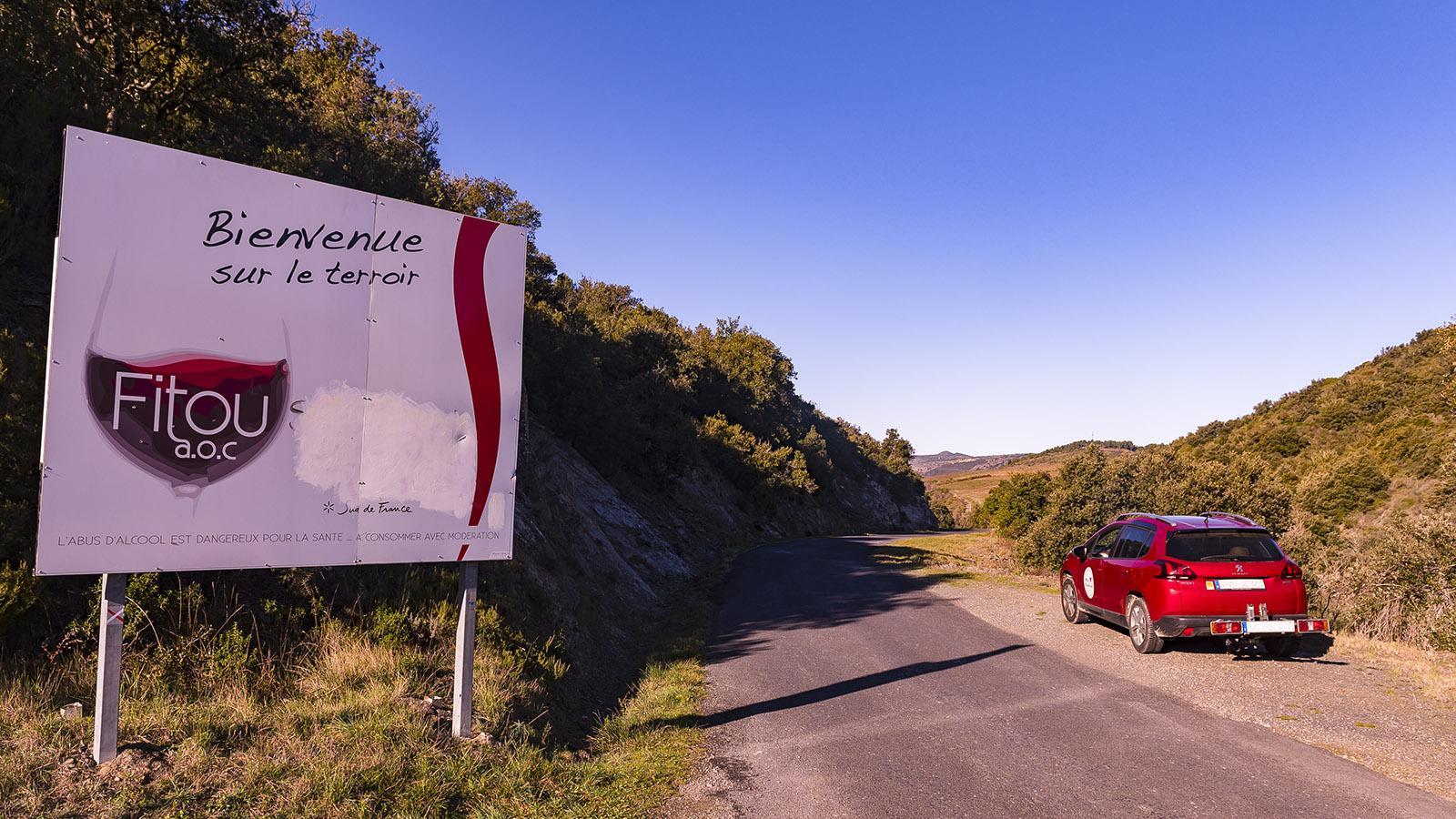 Die Grenze der Appellation Fitou markieren große Werbeschilder an den Zufahrtsstraßen. Foto: Hilke Maunder