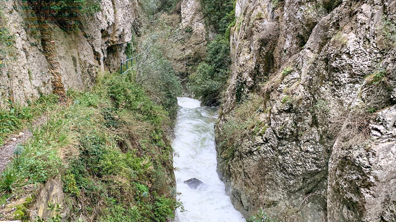 Gorges Saint-Jaume: Bei den Felsüberhängen müsst ihr den Kopf etwas einziehen. Foto: Hilke Maunder