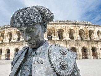 Nîmes: Vor den Arenen: ein Denkmal für den berühmtesten Stierkämpfer der Stadt. Foto: Hilke Maunder