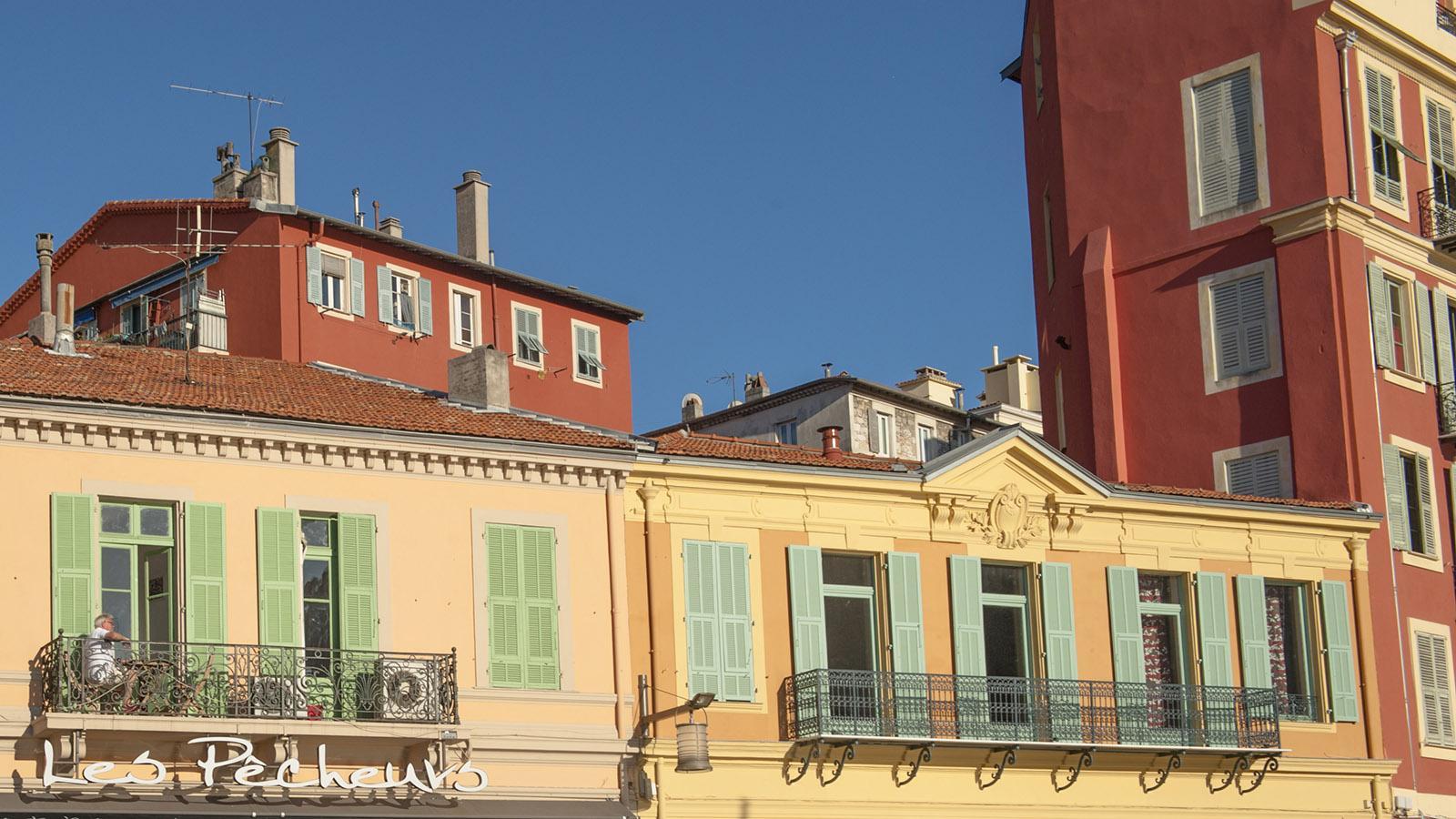 Sonnengelb, ockerrot und grün - die Farben der Fassaden von Nizza verkünden die Nähe Italiens. Foto: Hilke Maunder