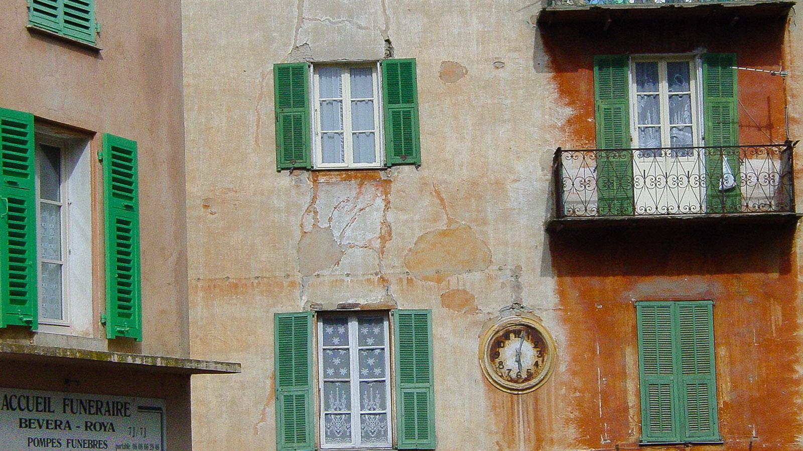 Sospel: Fassaden voller Patina künden von der Nähe Italiens. Foto: Hilke Maunder