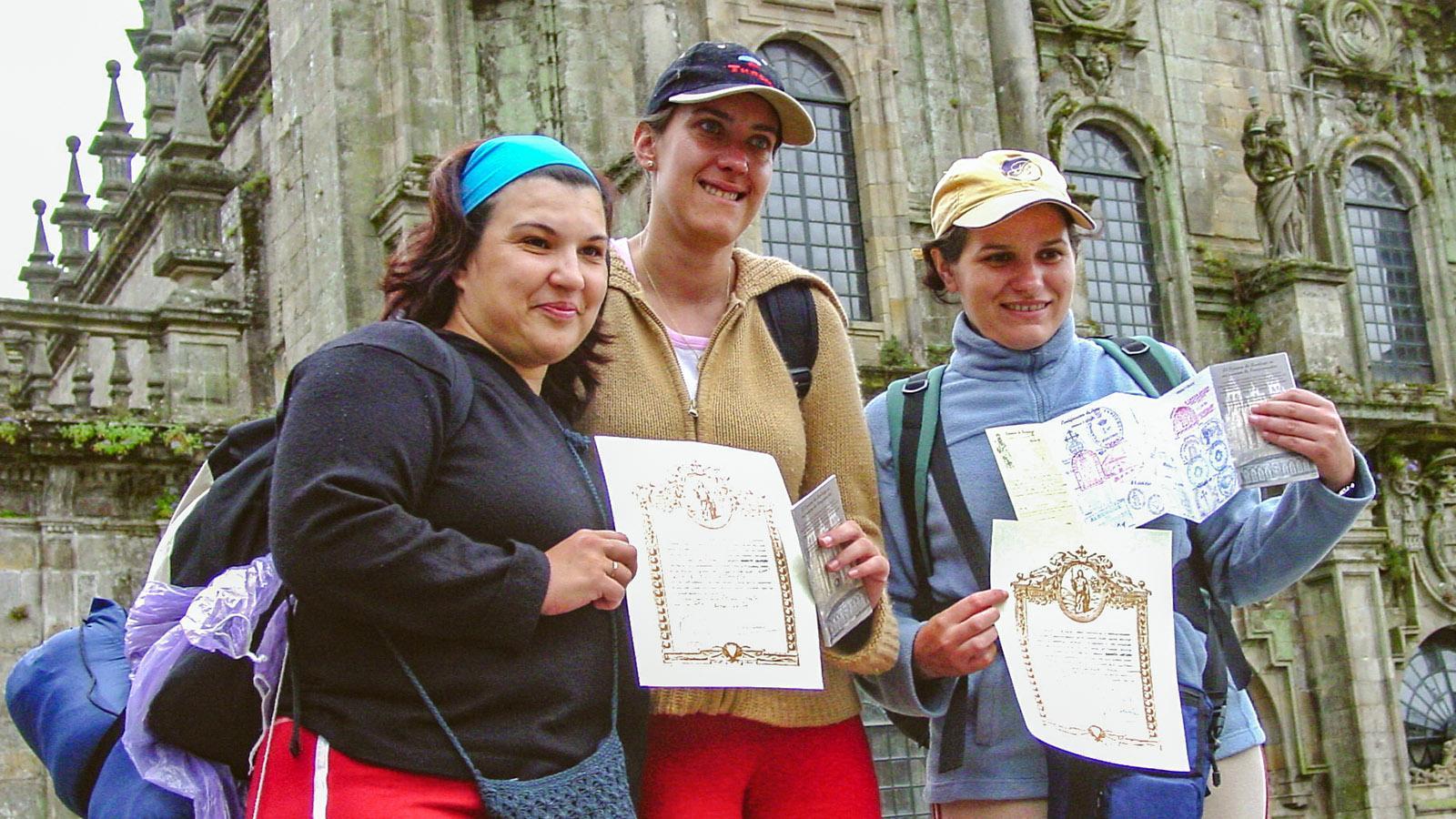 Jakobsweg: Sie haben ihn bewältigt, die drei Pilgerinnen, und zeigen stolz ihre Pilgerurkunde. Foto: Hilke Maunder