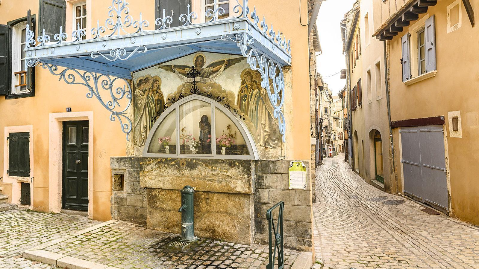 Gottesfurcht auf Schritt und Tritt: in der Altstadt von Mende. Foto: Hilke Maunder