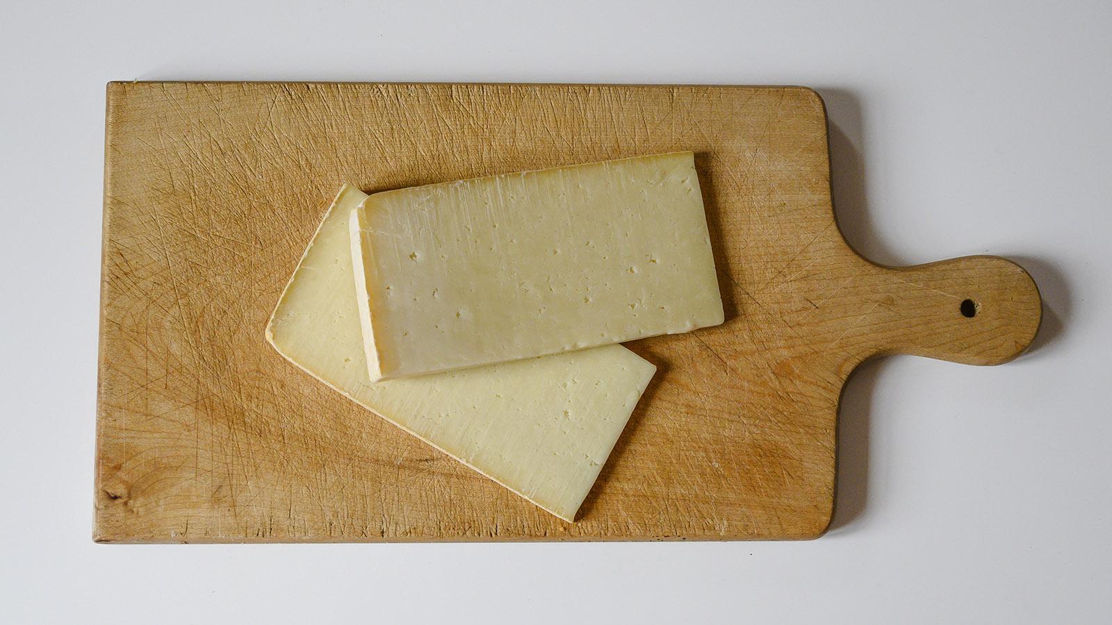 Käse aus der Auvergne: junger Cantal. Foto: Hilke Maunder