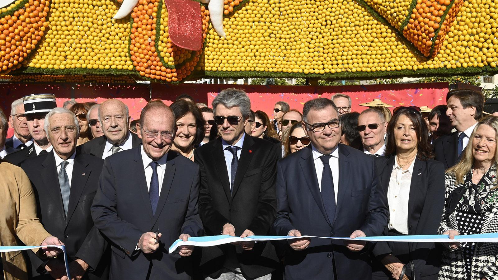 Bürgermeister Jean-Claude Guibal (3.v.) und Präfekt Bernard Gonzalez haben die Fête zu Citron mit einem offiziellen Scherenschnitt eröffnet. Foto: Hilke Maunder