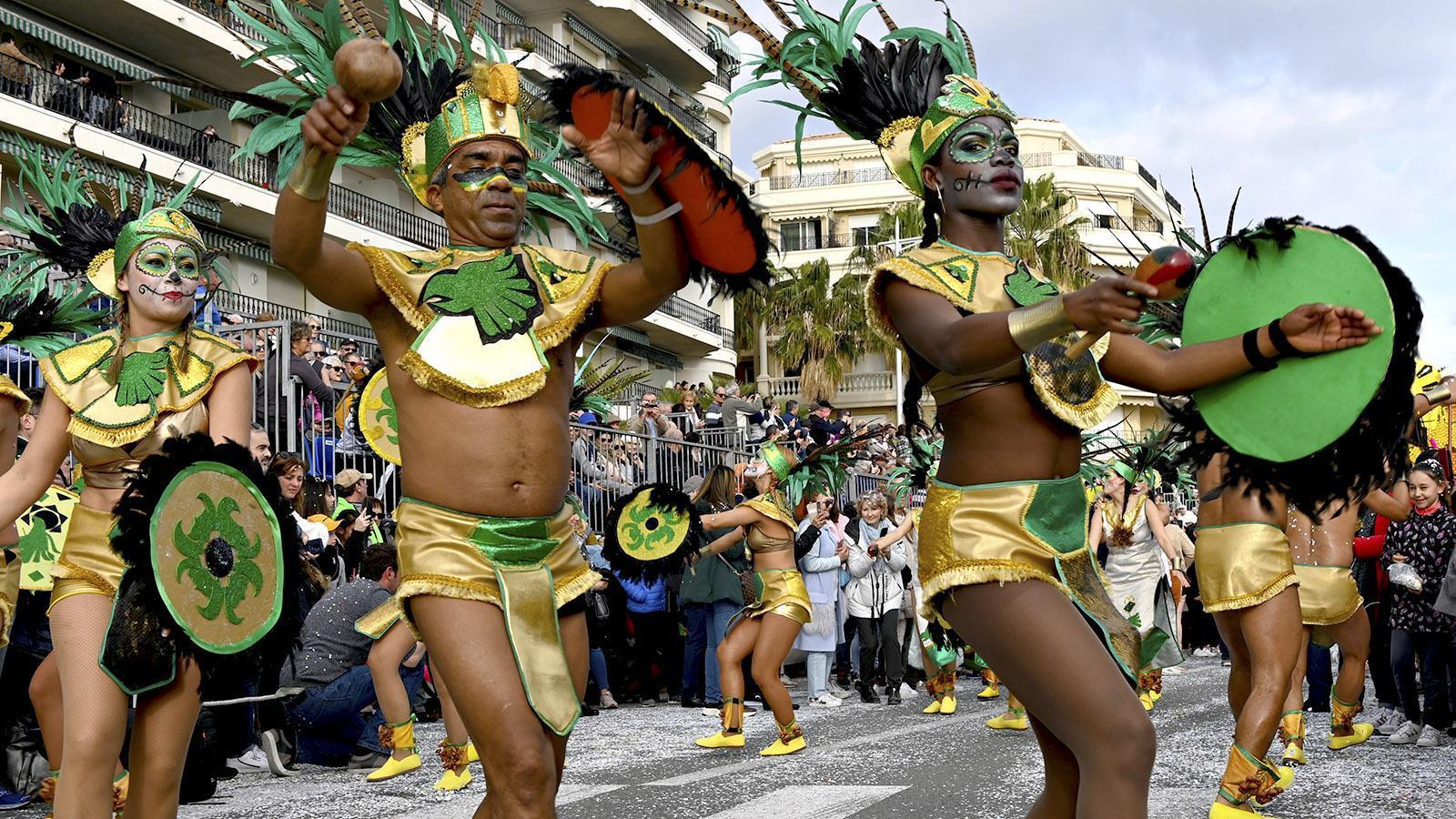 Fête du Citron: Auch Tänzer aus Ecuador sind bei den Umzügen dabei. Foto: Hilke Maunder