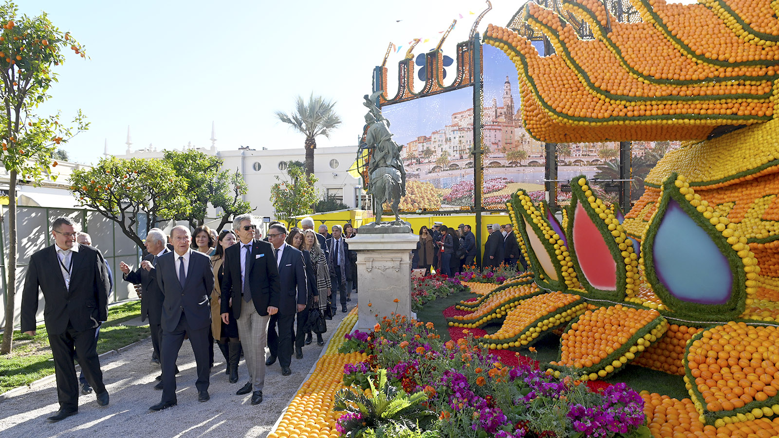 Fête du Citron: Die Politik besucht die Agrumen-Figuren in den Jardins Biovès. Foto: Hilke Maunder