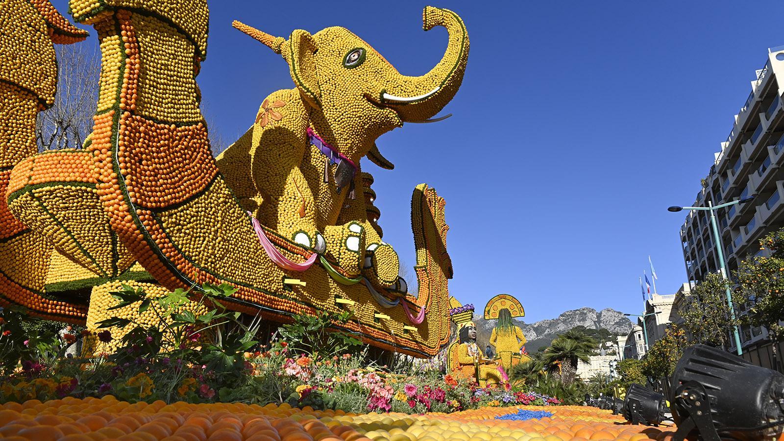 Fête du Citron: Der Elefant hockt auf einem Wasserfall-Sockel. Foto: Hilke Maunder