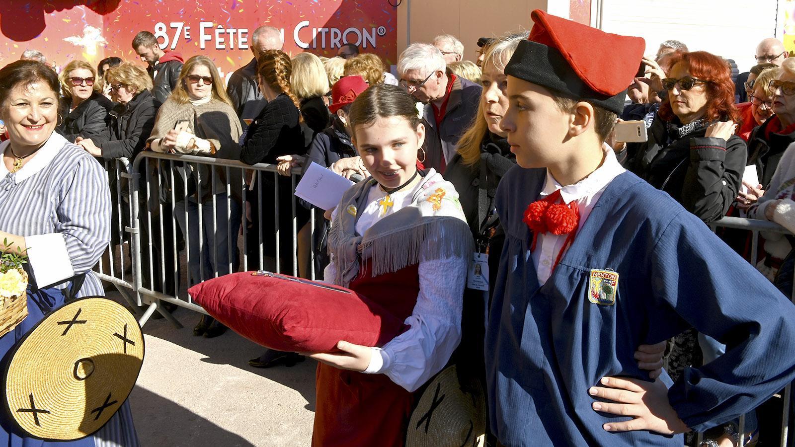 Fête du Citron: die Schere für die offizielle Eröffnung, auf einem Kissen getragen von einheimischen Schulkindern. Foto: Hilke Maunder