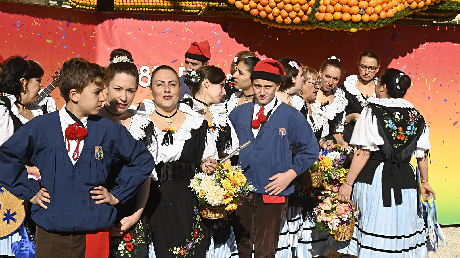 Fête du Citron: Trachtengruppe bei der Eröffnung. Foto: Hilke Maunder