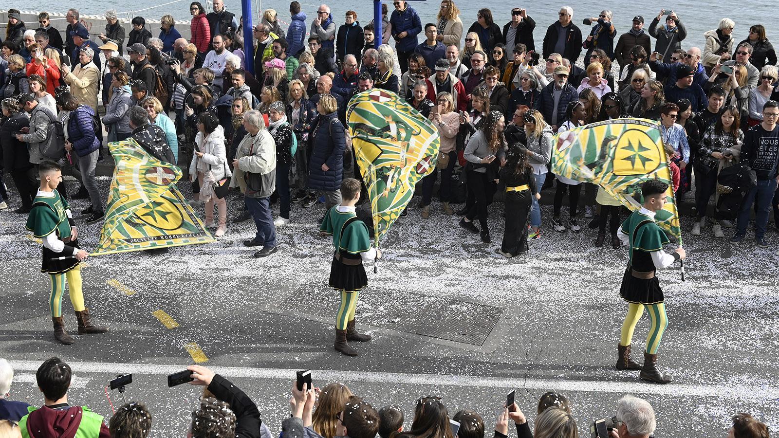 Fête du Citron: Fahnenschwenker aus Italien. Foto: Hilke Maunder