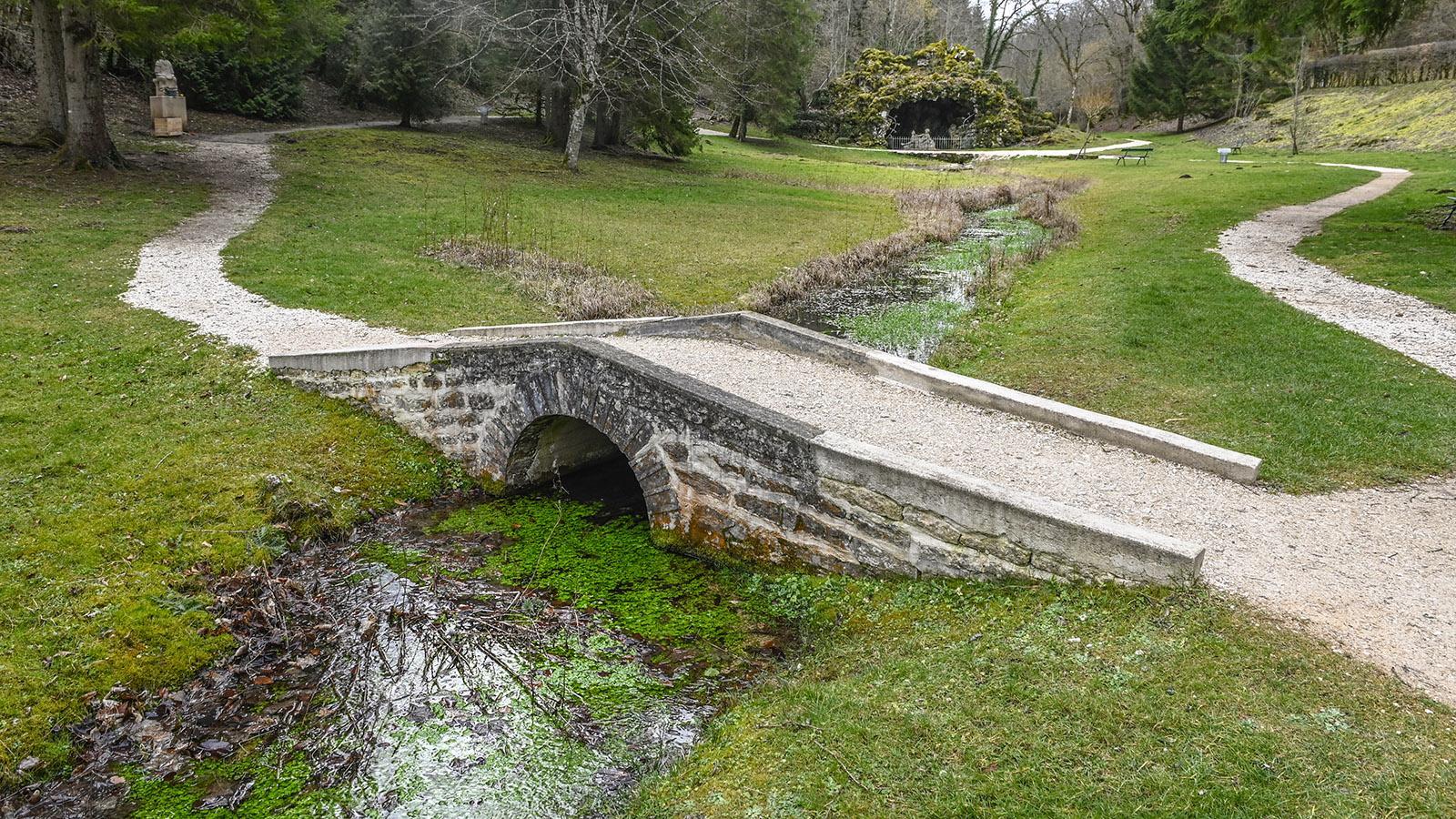 Seine-Quellen: die Pont Paul Lamarche - die erste Brücke über die Seine. Foto: Hilke Maunder