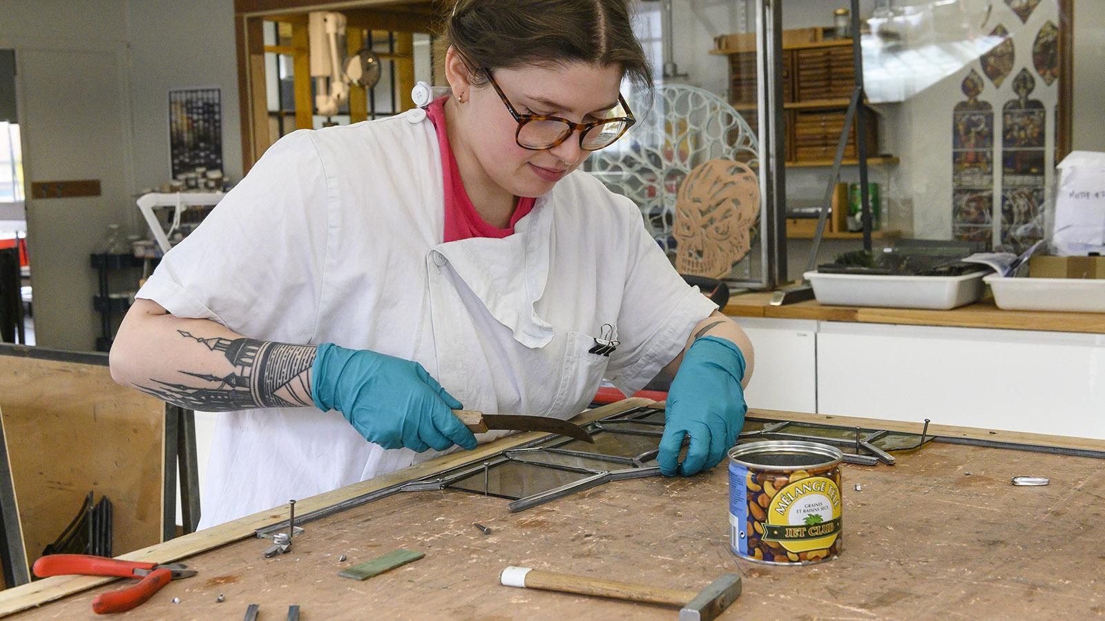 Auch Rose aus den USA arbeitet für die Restauratorin Flavie Vincent-Petit. Foto: Hilke Maunder