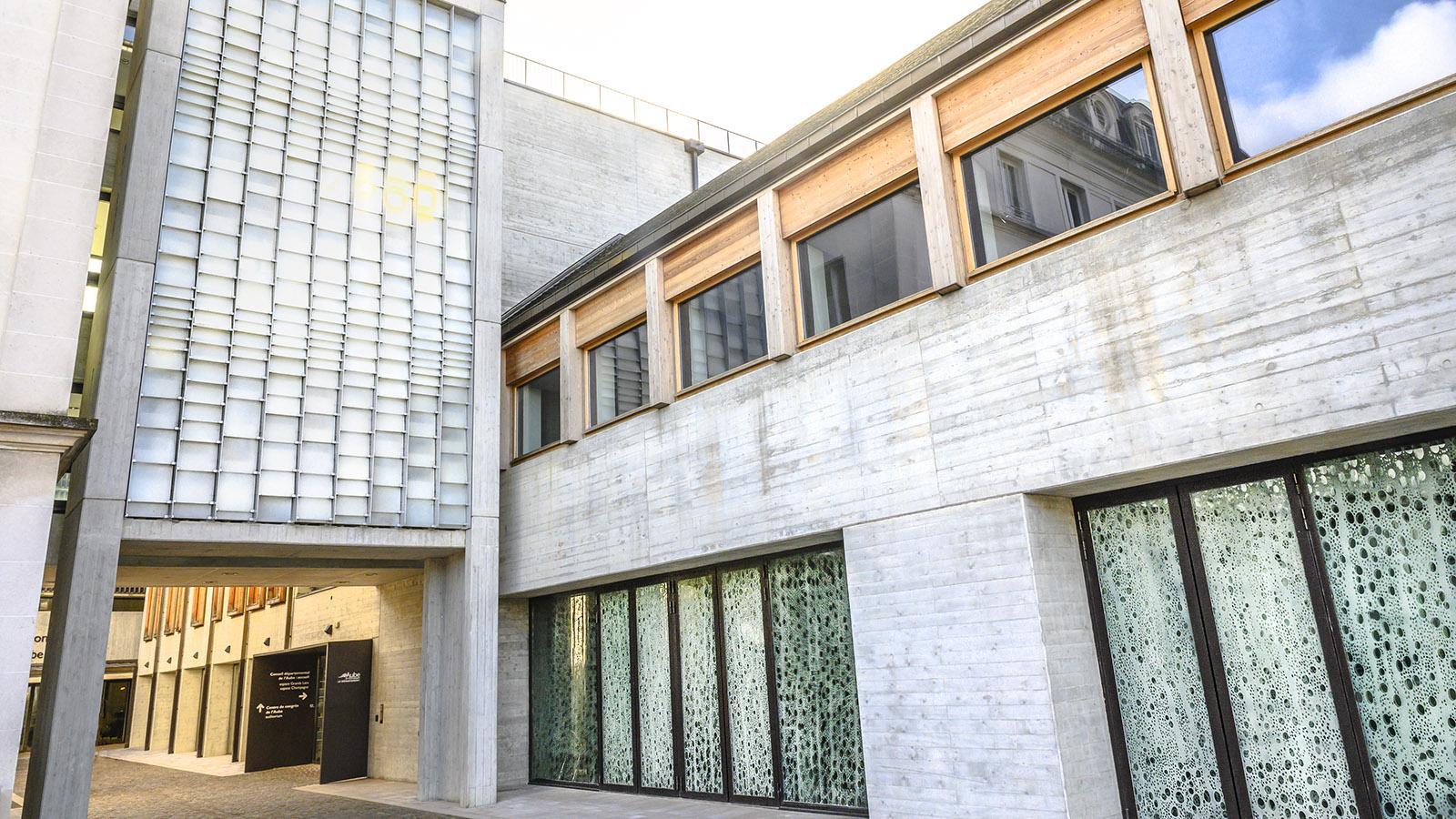 Troyes: Die Glasfenster von Flavie Vincent-Petit für den Verwaltungssitz des Départements Aube. Foto: Hilke Maunder