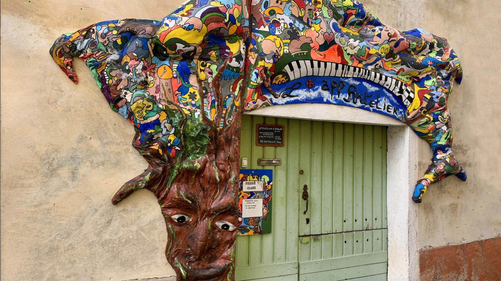 Fitou: Ein Kunstler hat sich in Tuchan auf der Fassade ausgetobt. Foto: Hilke Maunder
