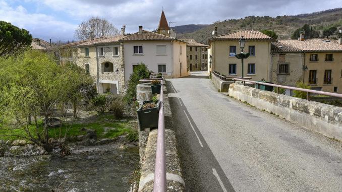 Campagne-sur-Aude: Die alte Brücke über die Aude führt direkt zum Kastell der Templer. Foto: Hilke Maunder