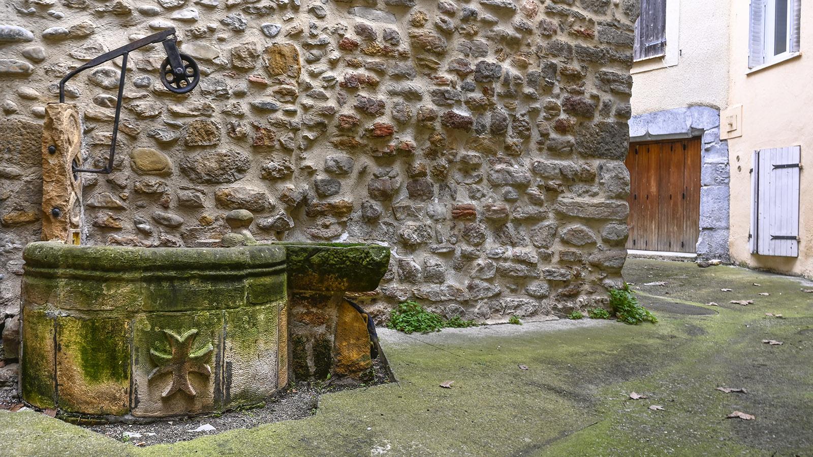 Campagne-sur-Aude: der mittelalterliche Brunnen des Templerkastells. Foto: Hilke Maunder