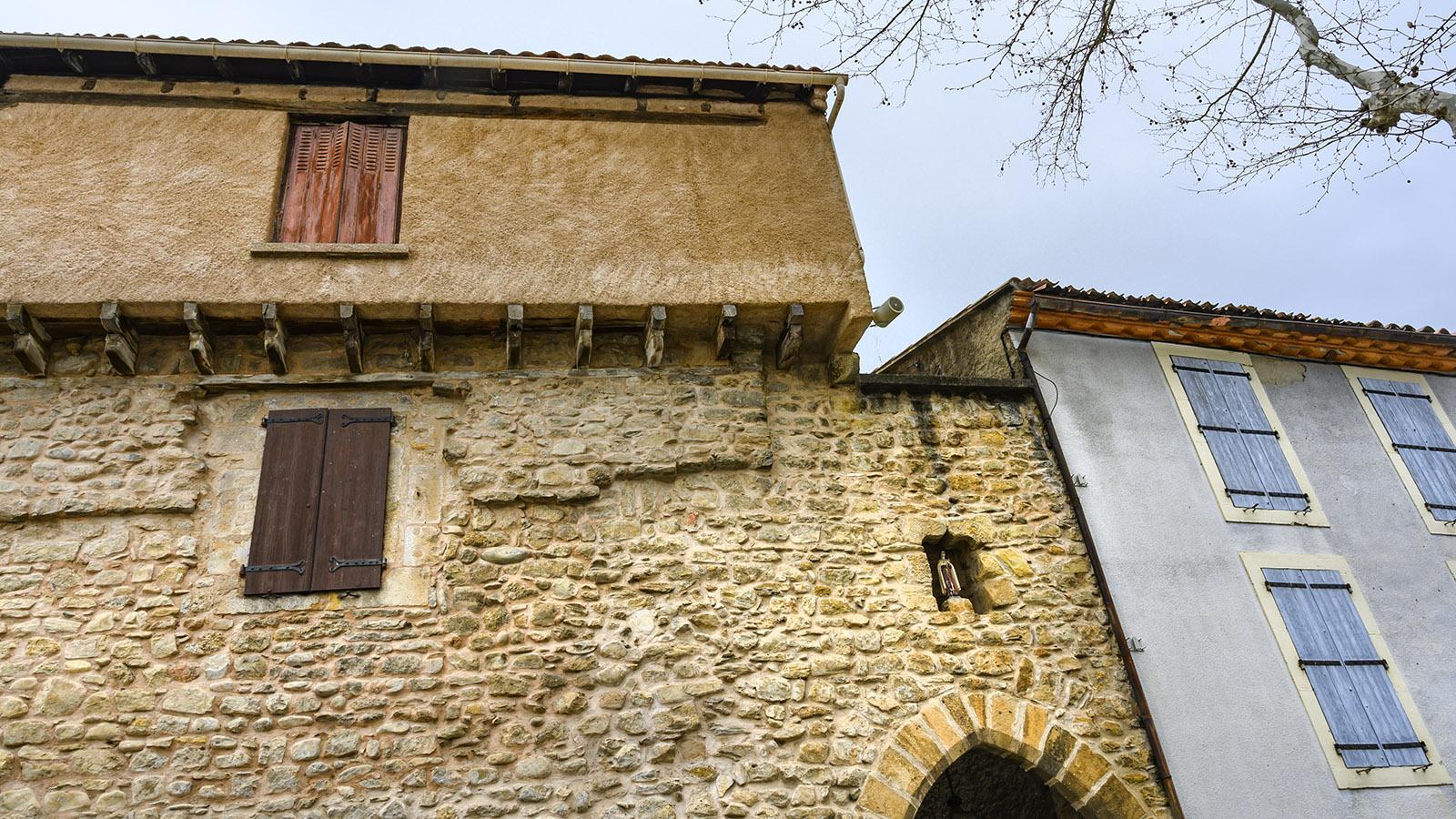 Campagne-sur-Aude: Wohnhäuser lehnen sich heute an die Mauer des Templerkastells. Foto: Hilke Maunder