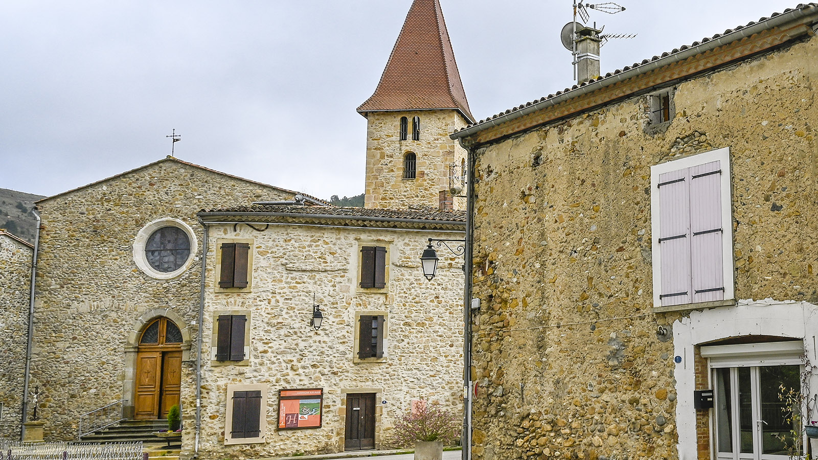 Campagne-sur-Aude: Die Église Saint-Sébastien mit der integrierten Kapelle der Templer. Foto: Hilke Maunder