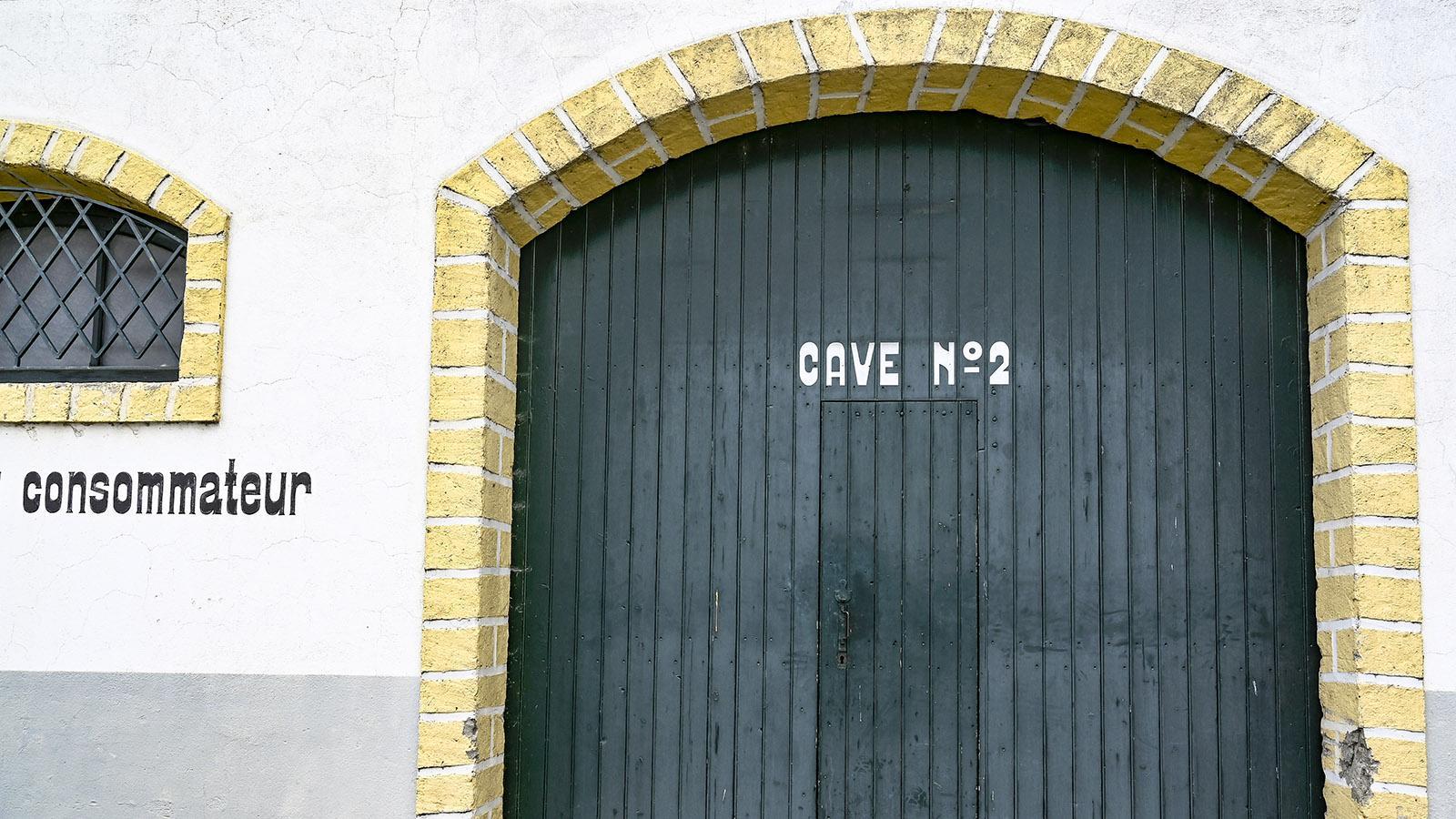 Campagne-sur-Aude: Tor der Weinkellerei Salasar. Foto: Hilke Maunder