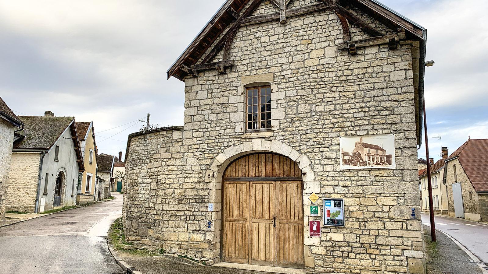 Côte des Bars: In Celles-sur-Ource erzählen auf den Fassaden Fotografien von der Vergangenheit des Champagnerdorfes. Foto: Hilke Maunder