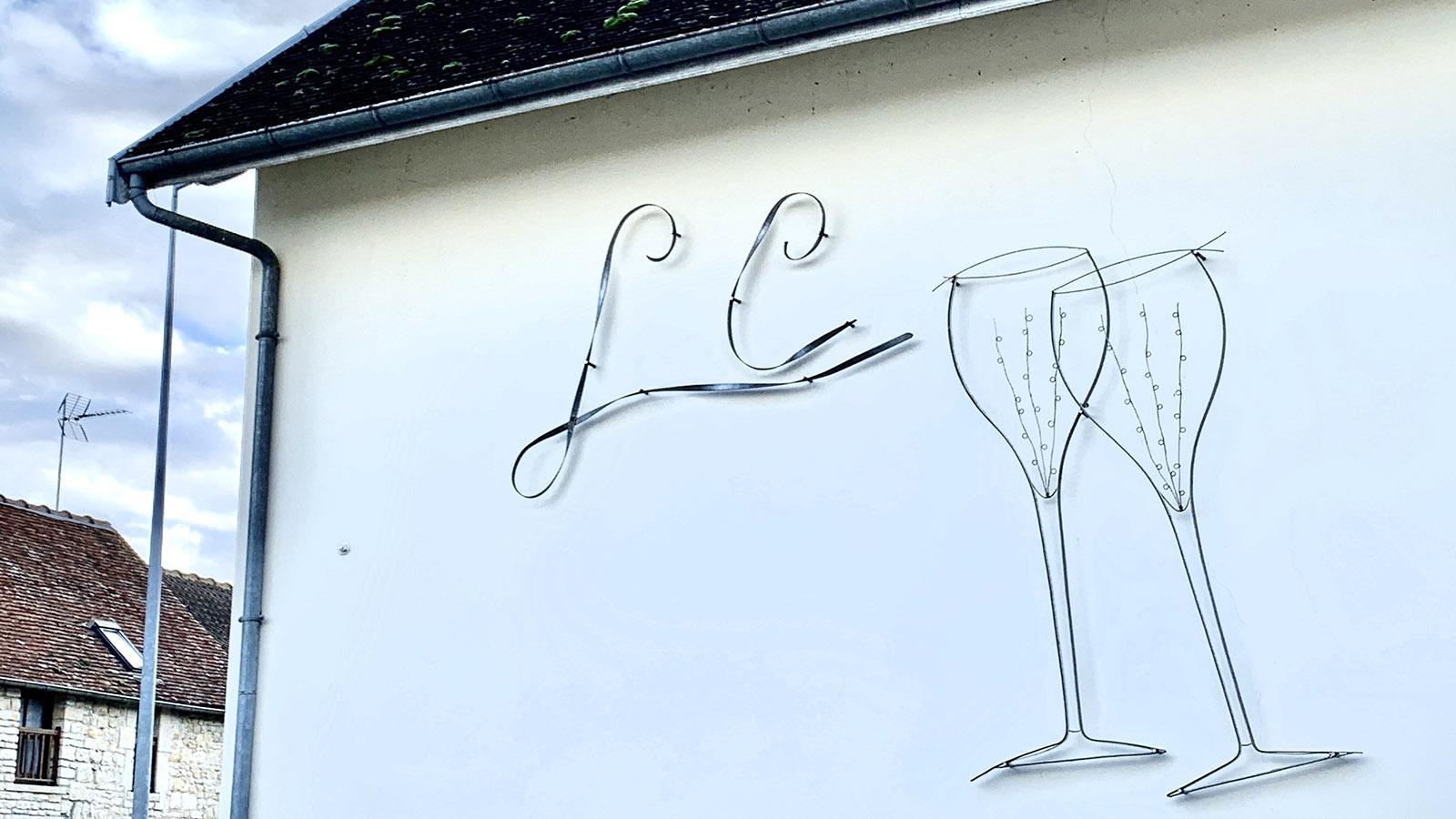 Côte des Bars: prickelnder Wandschmuck in Celles-sur-Ource. Foto: Hilke Maunder