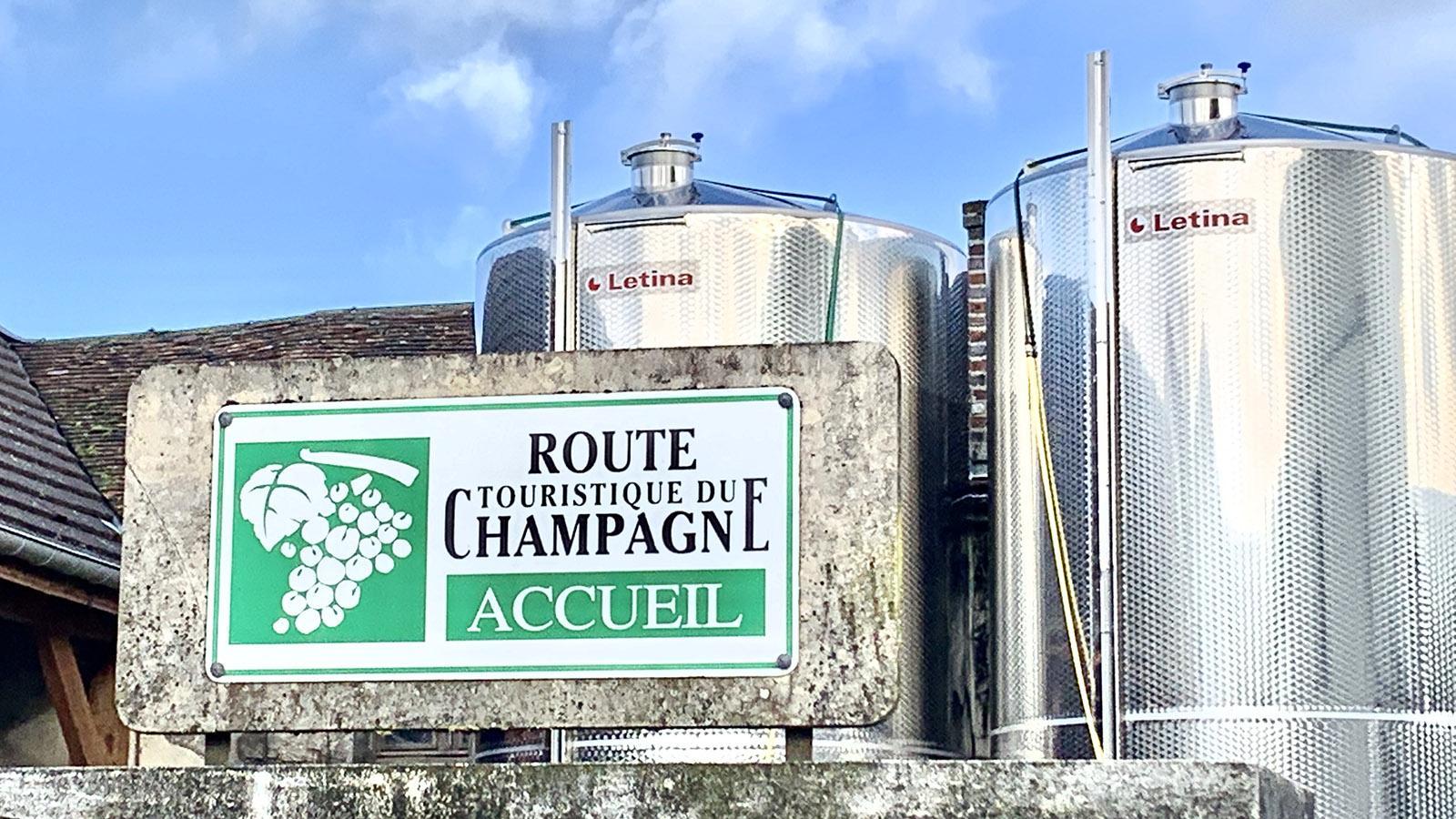 Côte des Bars: Schilder verraten, welche Champagnerhäuser an der Route du Champagne Gäste willkommen heißen. Foto: Hilke Maunder