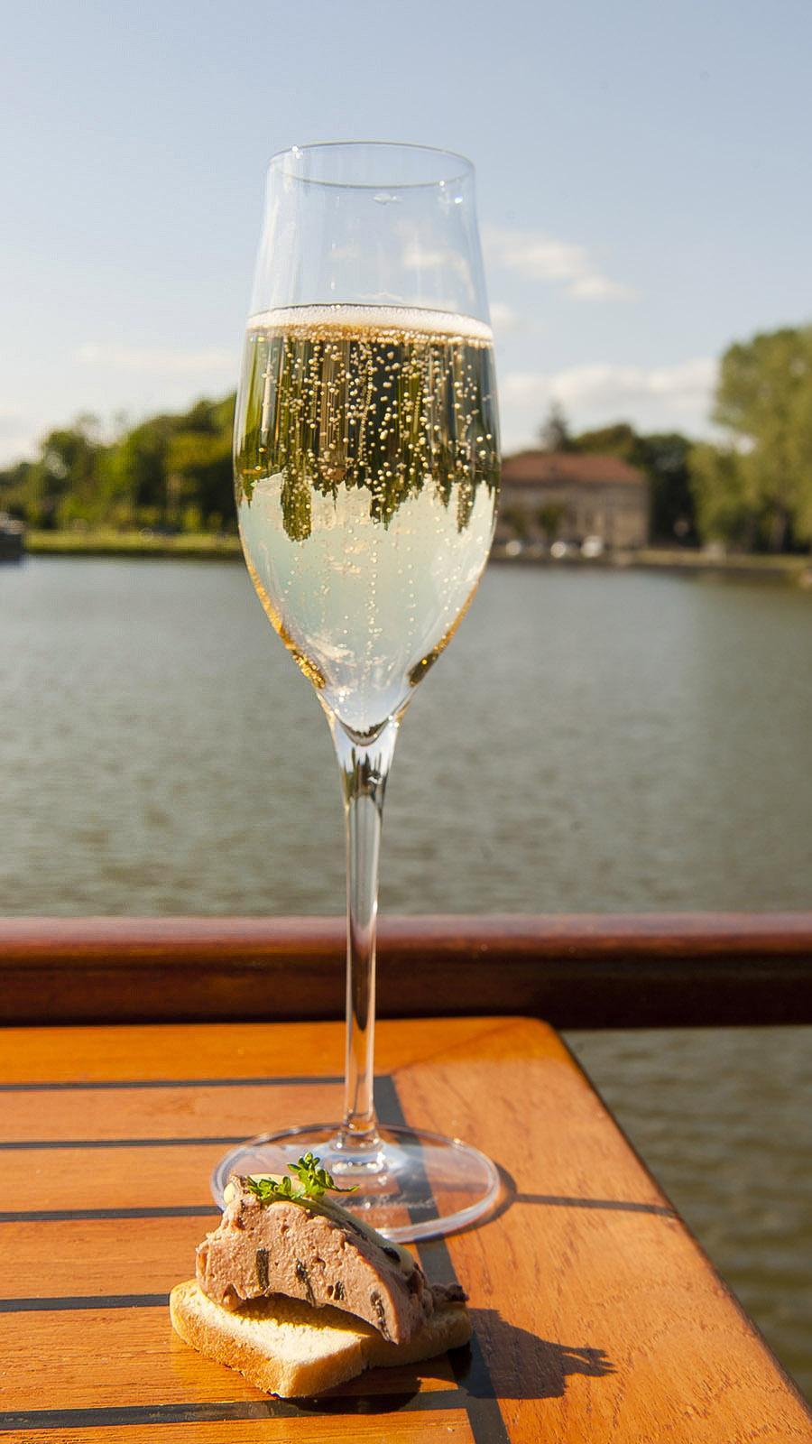 péro mit Cremant: Auch in der Bourgogne prickelt er feinperlig. Dort wird er nach der Champagnermethode hergestellt. Foto: Hilke Maunder