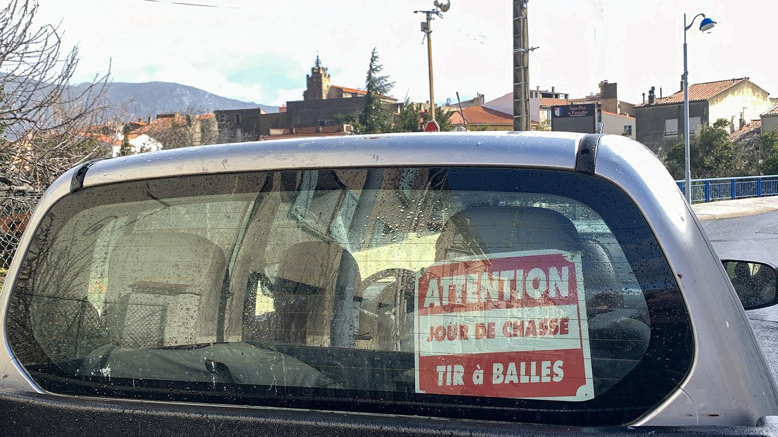 Hinweis auf die Jagd im Fahrzeug eines Jägers. Foto: Hilke Maunder