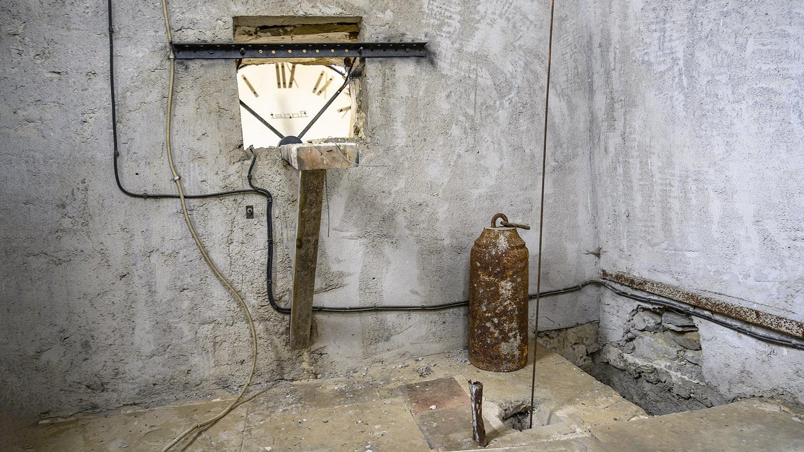 La Serpent: Stillleben hinter der Kirchturmuhr. Foto: Hilke Maunder