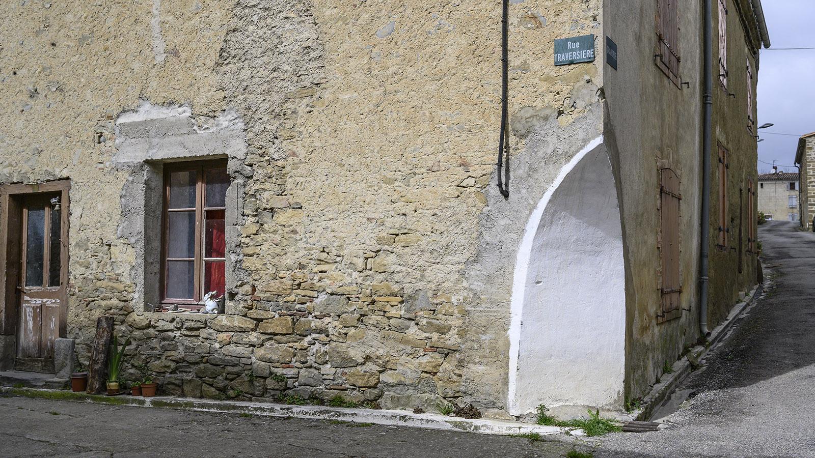 La Serpent: Kante macht Platz für Kurve, damit der Verkehr durchpasst. Foto: Hilke Maunder