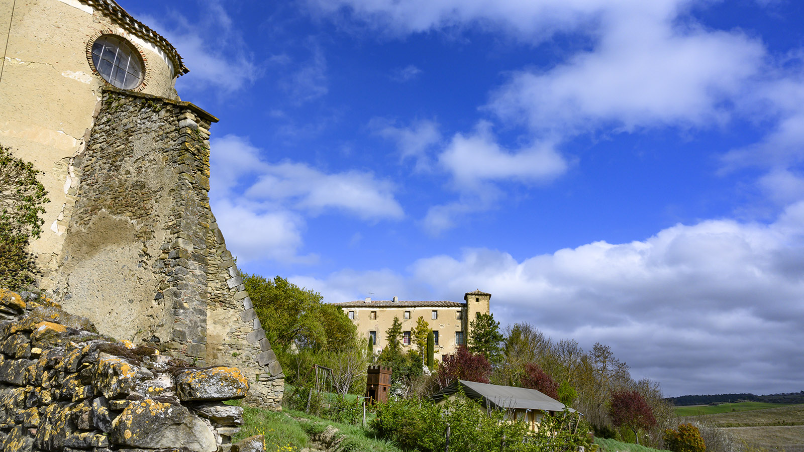 La Serpent: das Schloss - samt Ritterburg davor. Foto: Hilke MaunderHannelore singt vor dem Altar der Église Saint-Étienne. Foto: Hilke Maunder