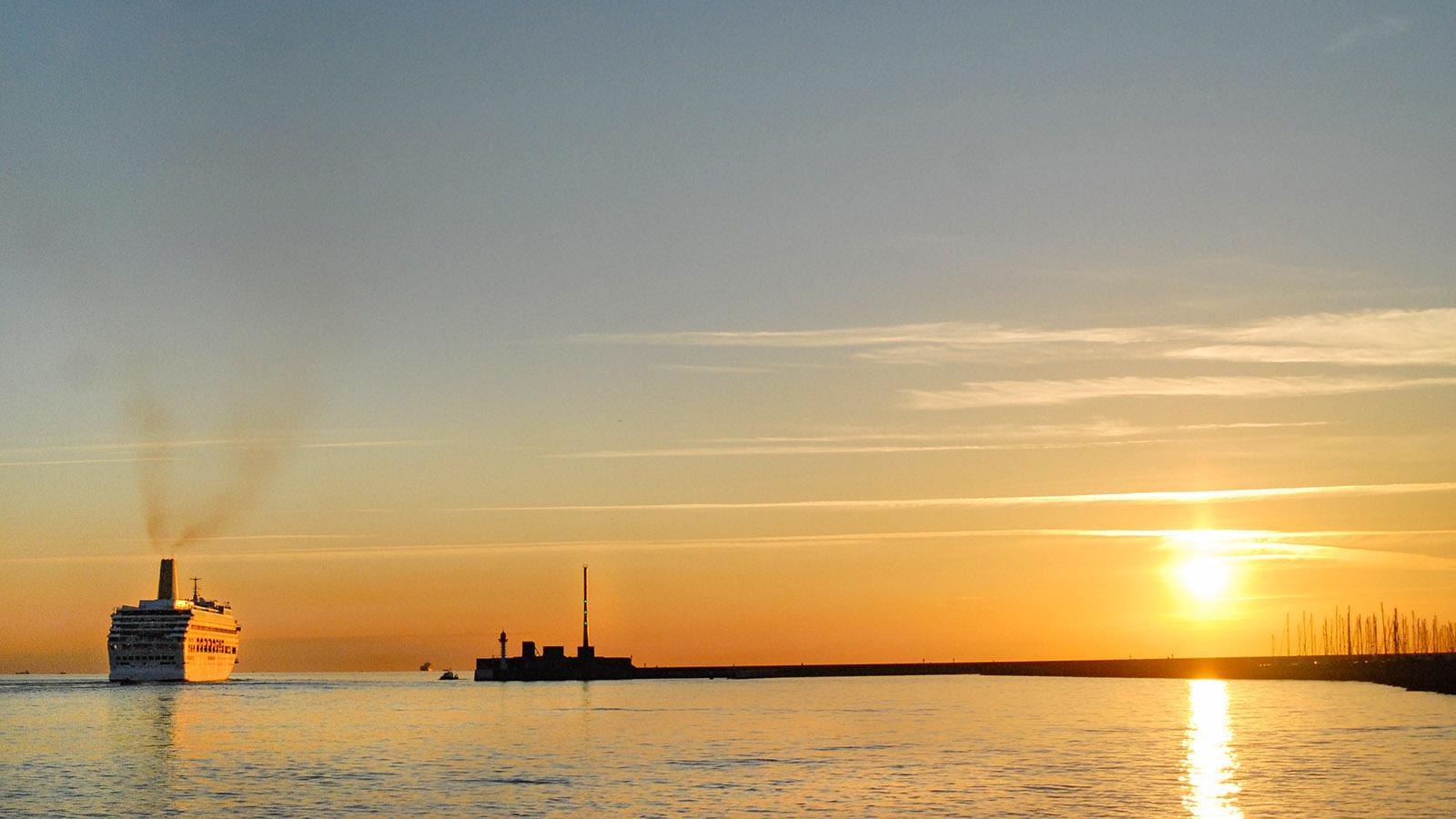 Ein Kreuzfahrtschiff verlässt Le Havre. Foto: Hilke Maunder