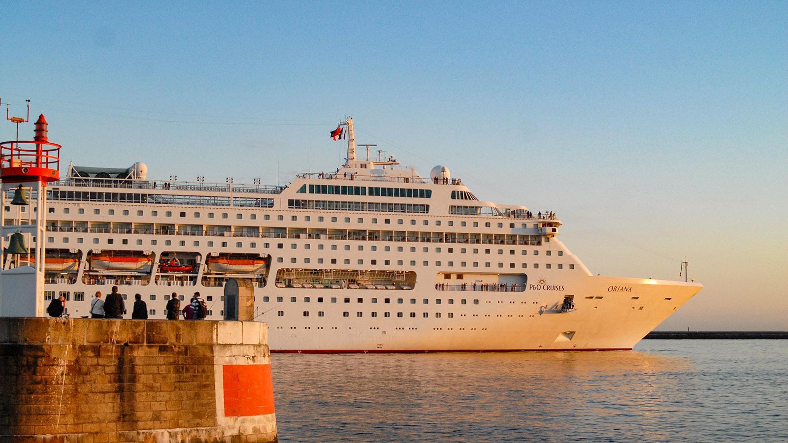 Ein Kreuzfahrtschiff verlässt den Hafen von Le Havre. Foto: Hilke Maunder