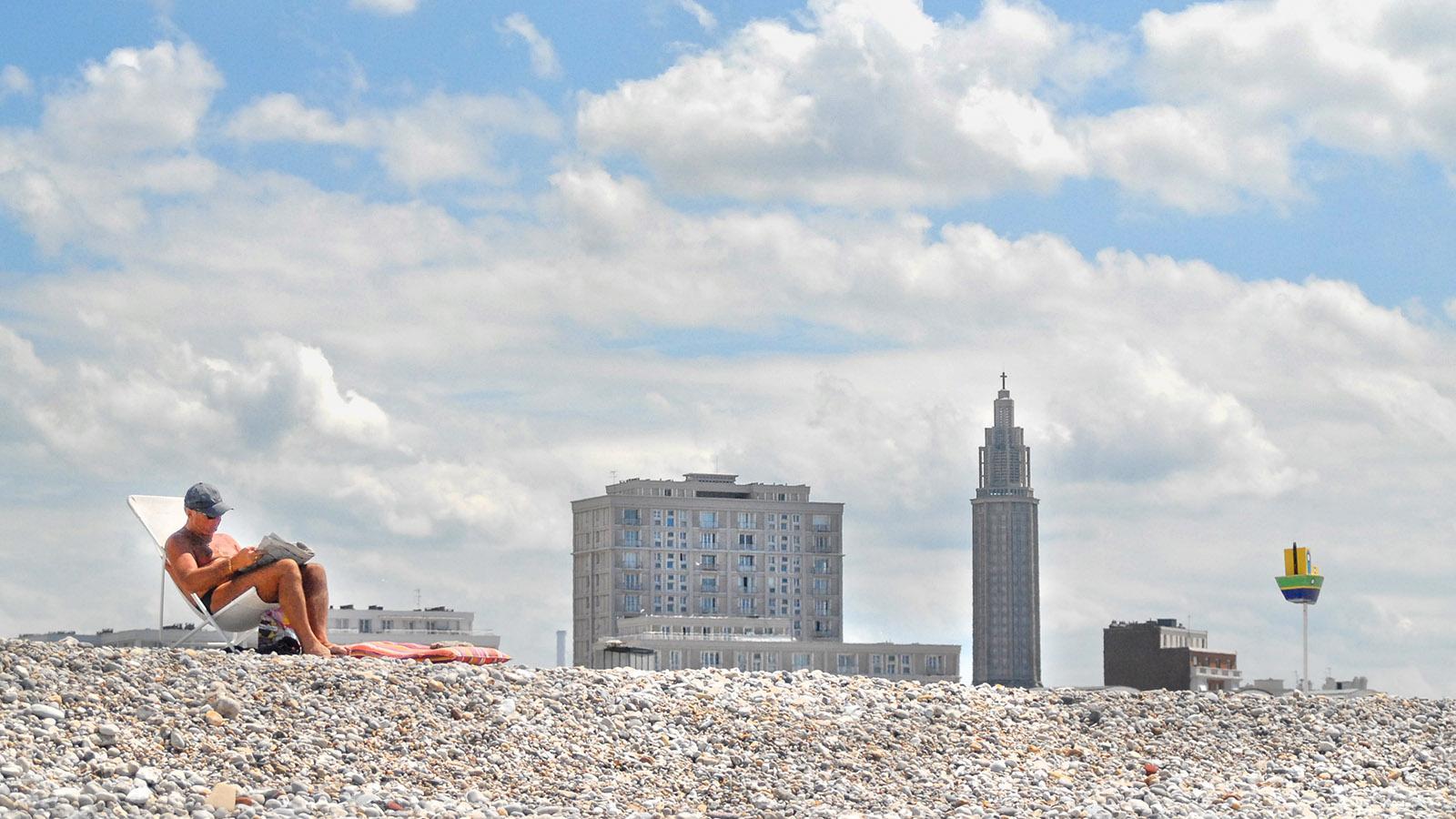 Le Havre: der Kiesstrand mit der Skyline. Foto: Hilke Maunder