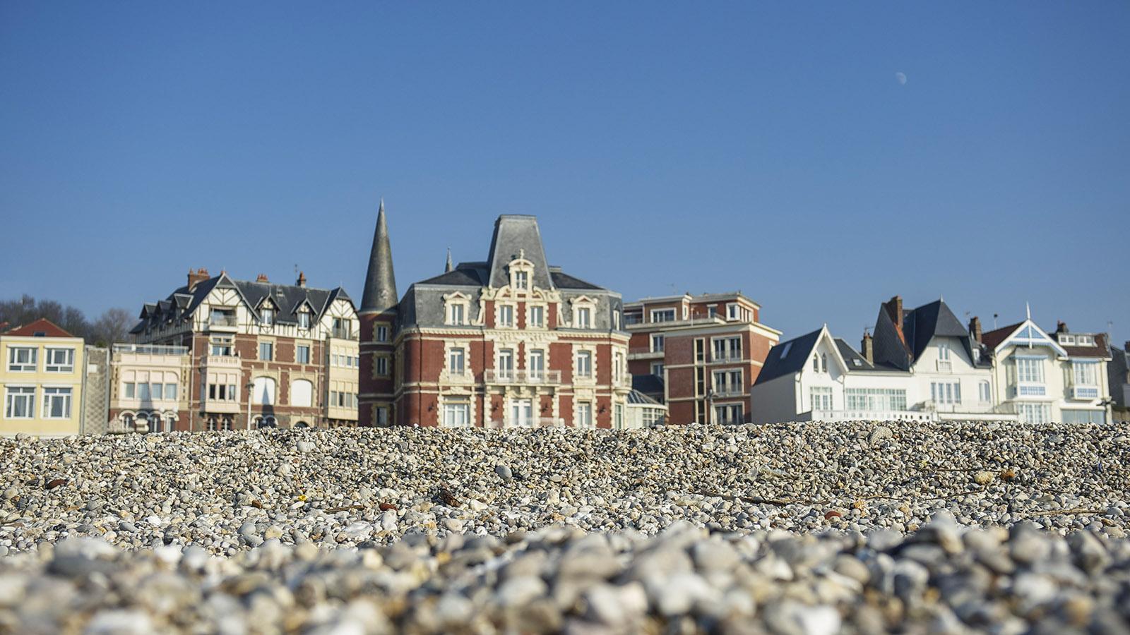 Le Havre: Strandvillen der Belle Époque säumen den Kiesstrand. Foto: Hilke Maunder