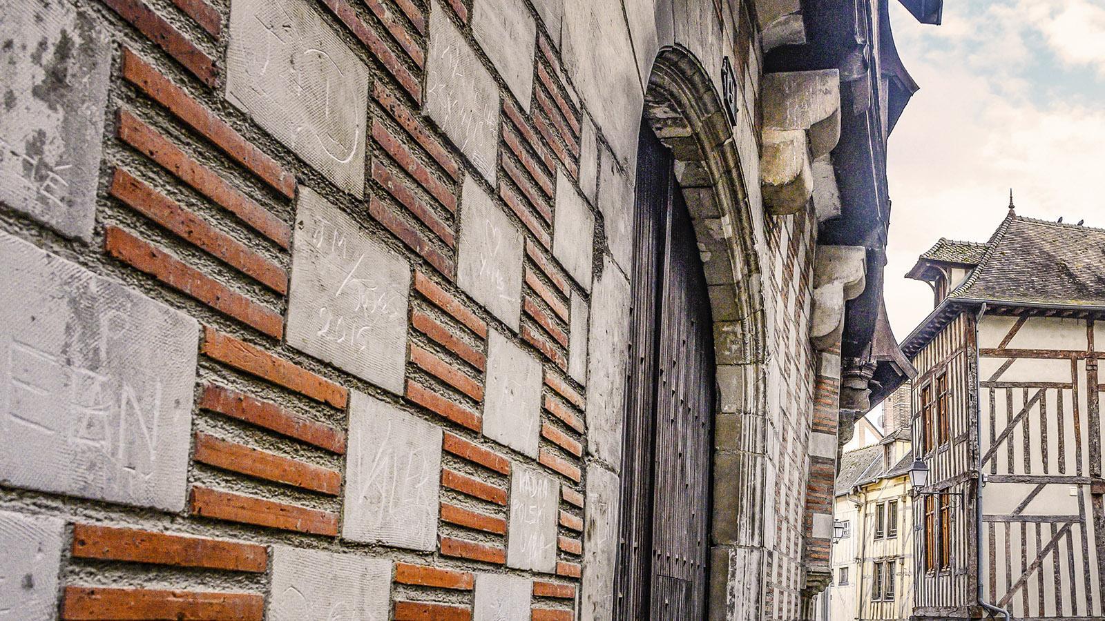 Schachbrettmuster trifft Fachwerk in der Baukunst von Troyes. Foto: Hilke Maunder