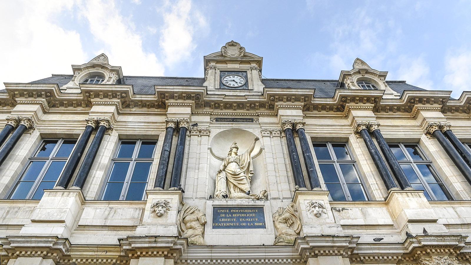 Nur auf dem Rathaus von Troyes ist noch der vollständige Schlachtruf der Französischen Revolution erhalten. Freiheit, Gleichheit, Brüderlichkeit - oder der Tod! Foto: Hilke Maunder