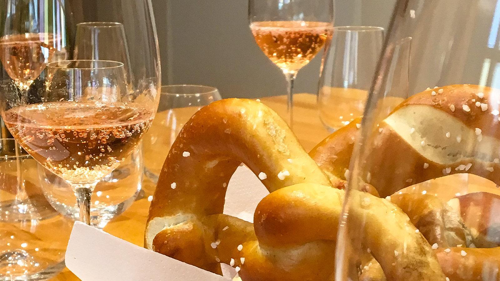 Eine köstliche Kombi zum Apéro im Elsass: Bretzeln und feinperliger Crémant - gerne auch als Rosé. Foto: Hilke Maunder