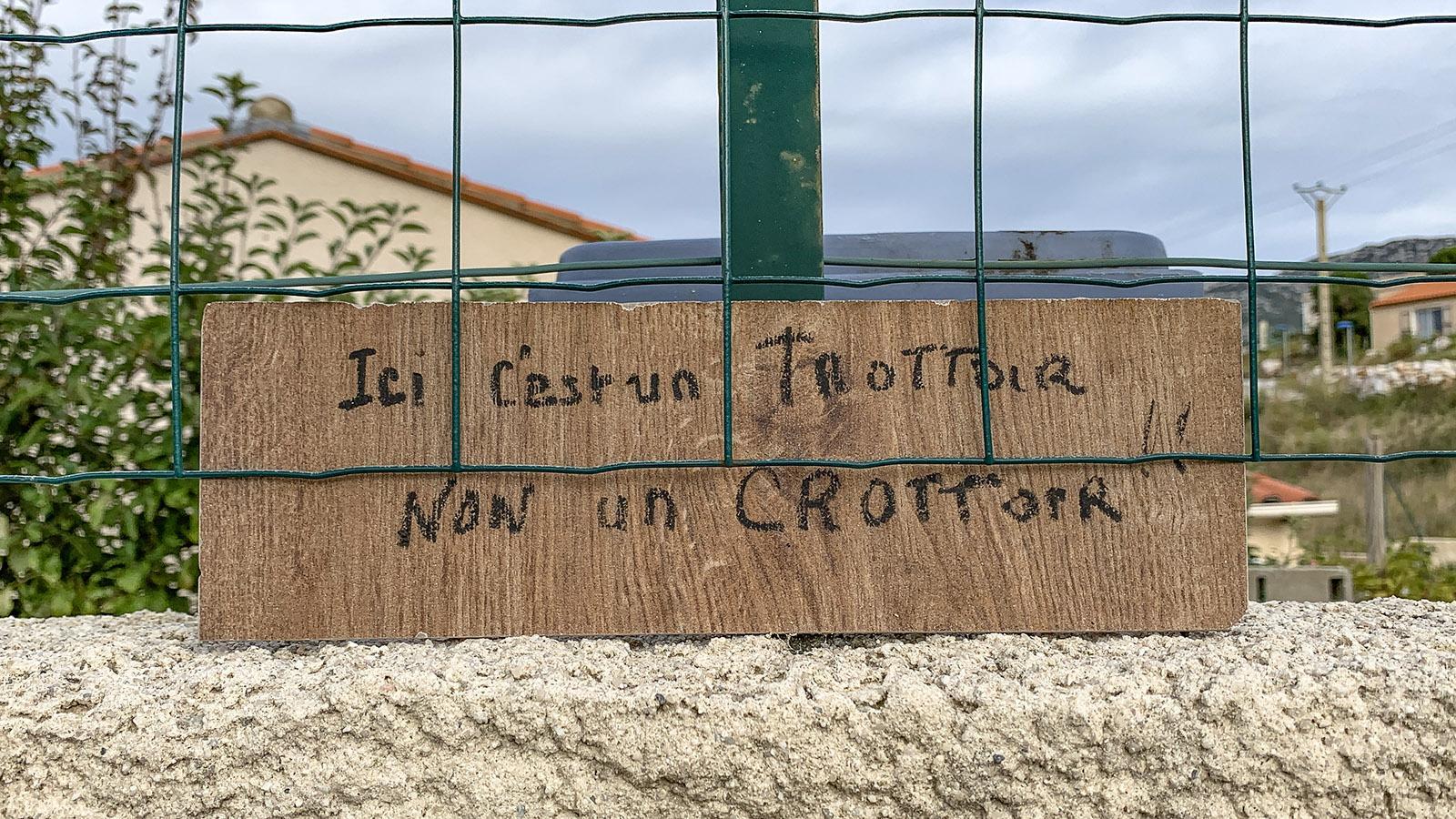 Crottes: Mit Wortwitz gegen Hundekot: Hier ist ein Bürgersteig, kein Platz für Hundedreck, informiert ein Nachbar an seinem Grundstückszaun. Foto: Hilke Maunder