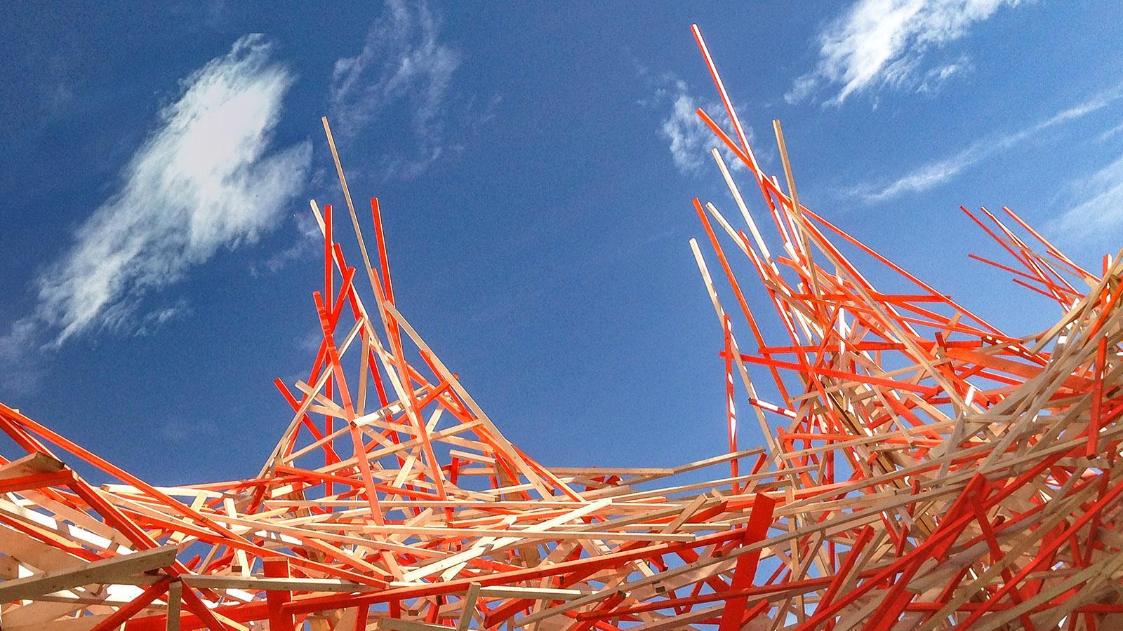 Vor dem MAMAC erhebt sich diese riesige Skulptur von Calder. Foto: Hilke Maunder