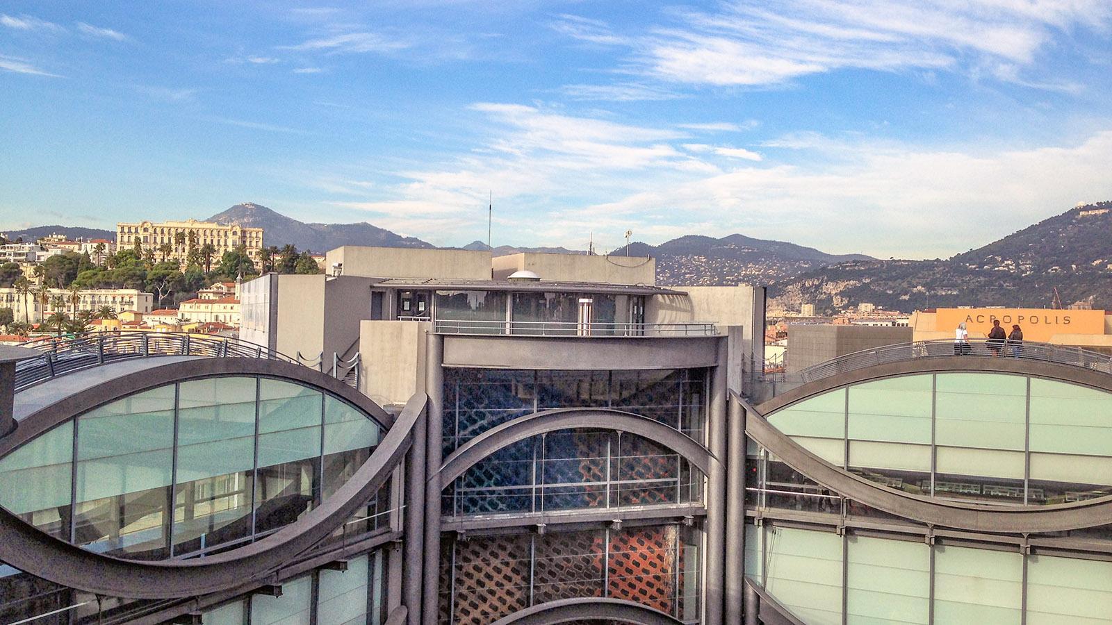 Der Dachgarten des MAMAC von NIzza eröffnet weite Ausblicke auf die Stadt und ihr Umland. Foto: Hilke Maunder