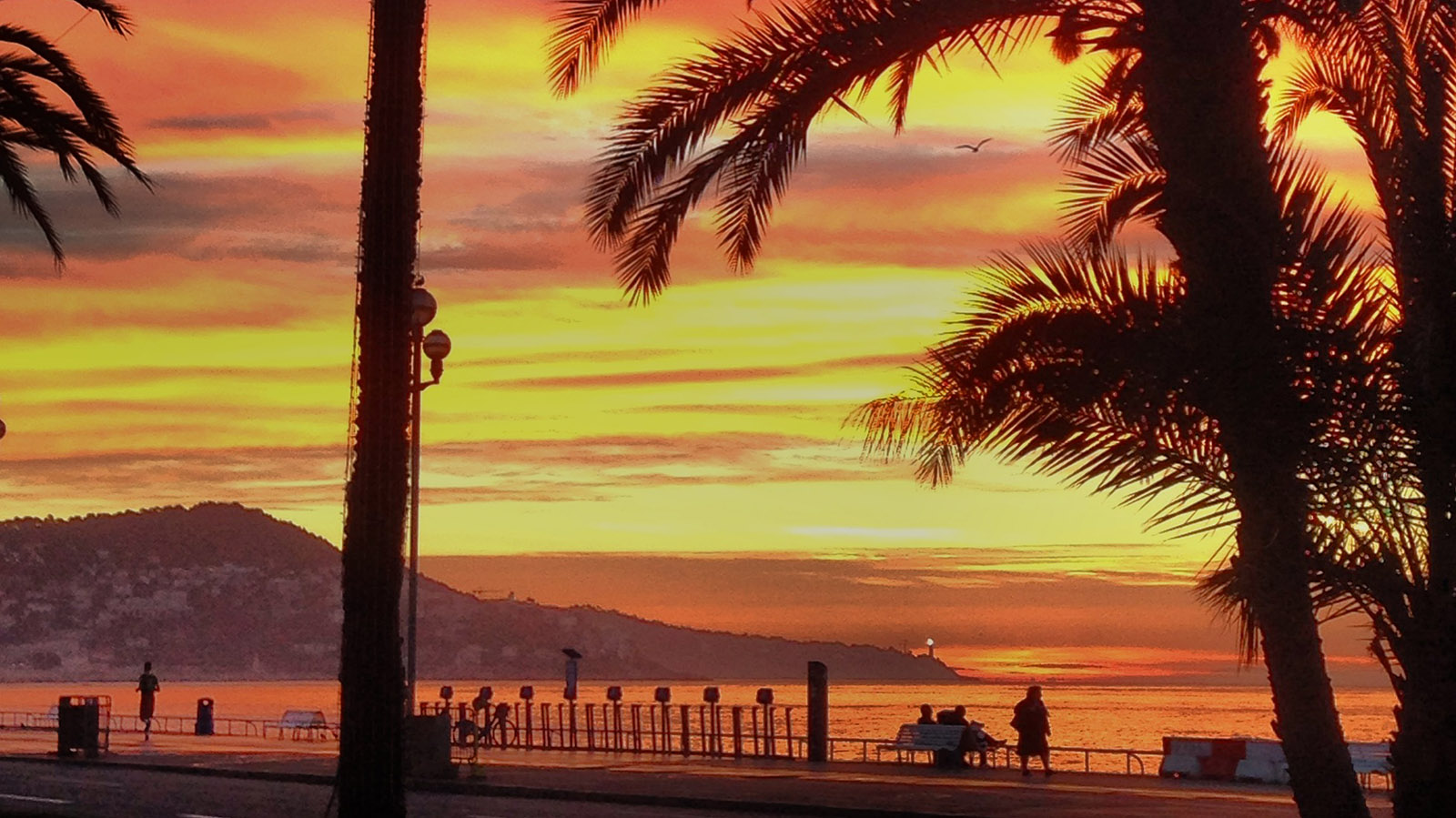 Sonnenaufgang in Nizza... von der Promenade des Anglais aus ein wunderschönes Erlebnis. Foto: Hilke Maunder