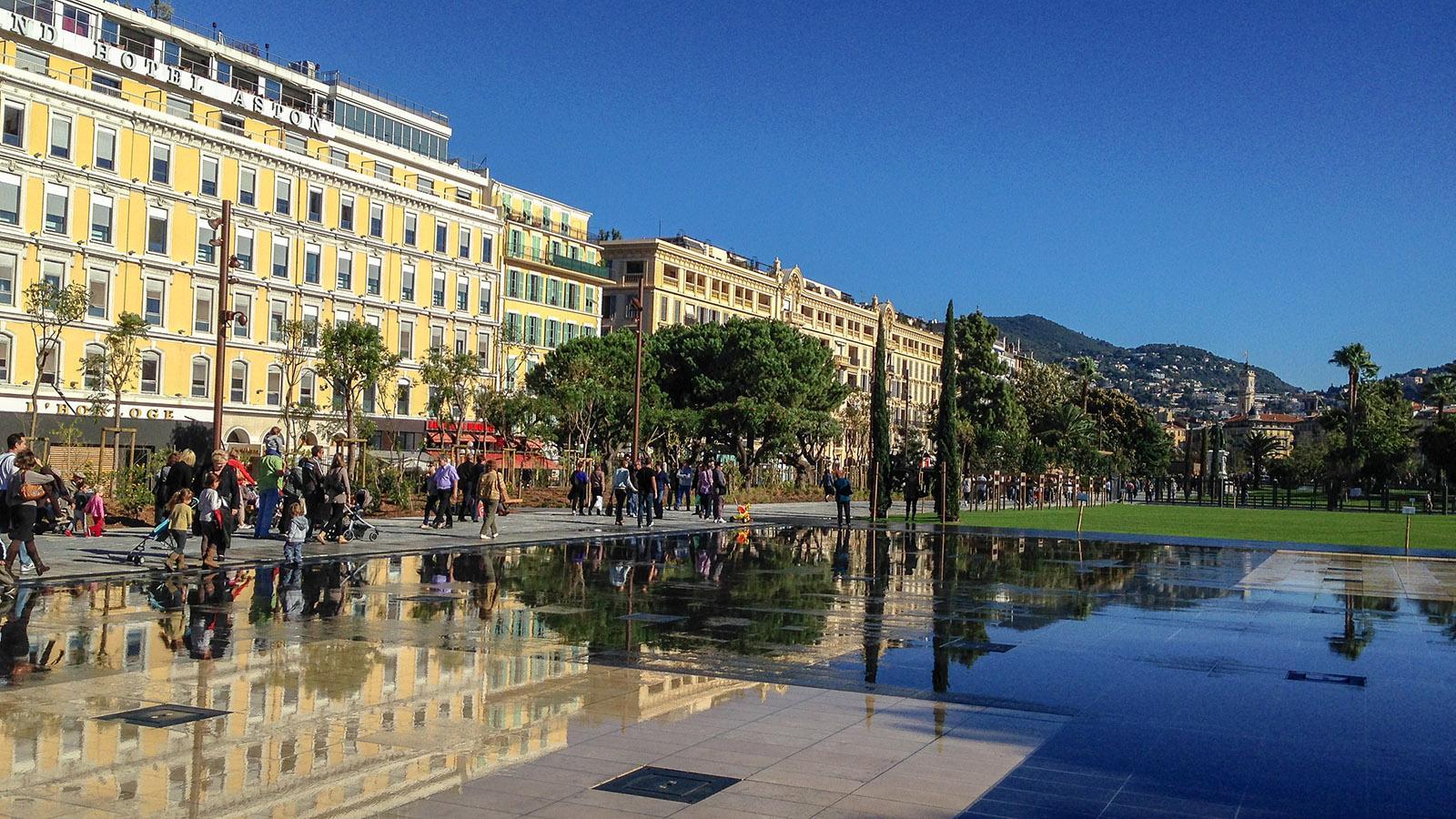 Der Miroir d'Eau der Promenade du Paillon von Nizza. Foto: Hilke Maunder