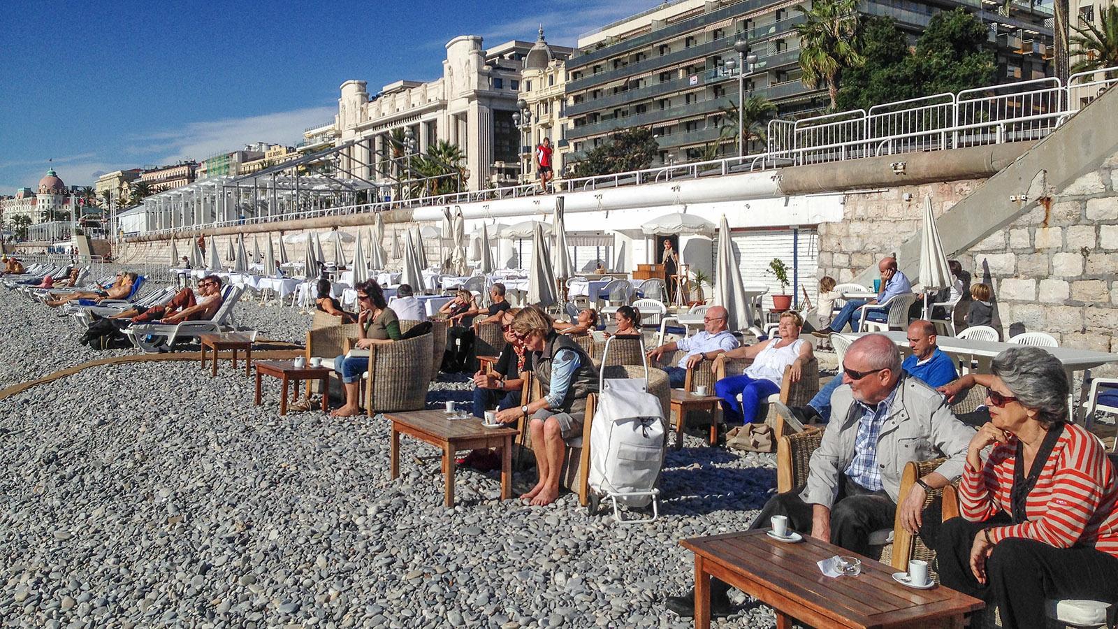 Nizza: Bars und Cafés säumen im Stadtzentrum den Kieselstrand. Foto: Hilke Maunder